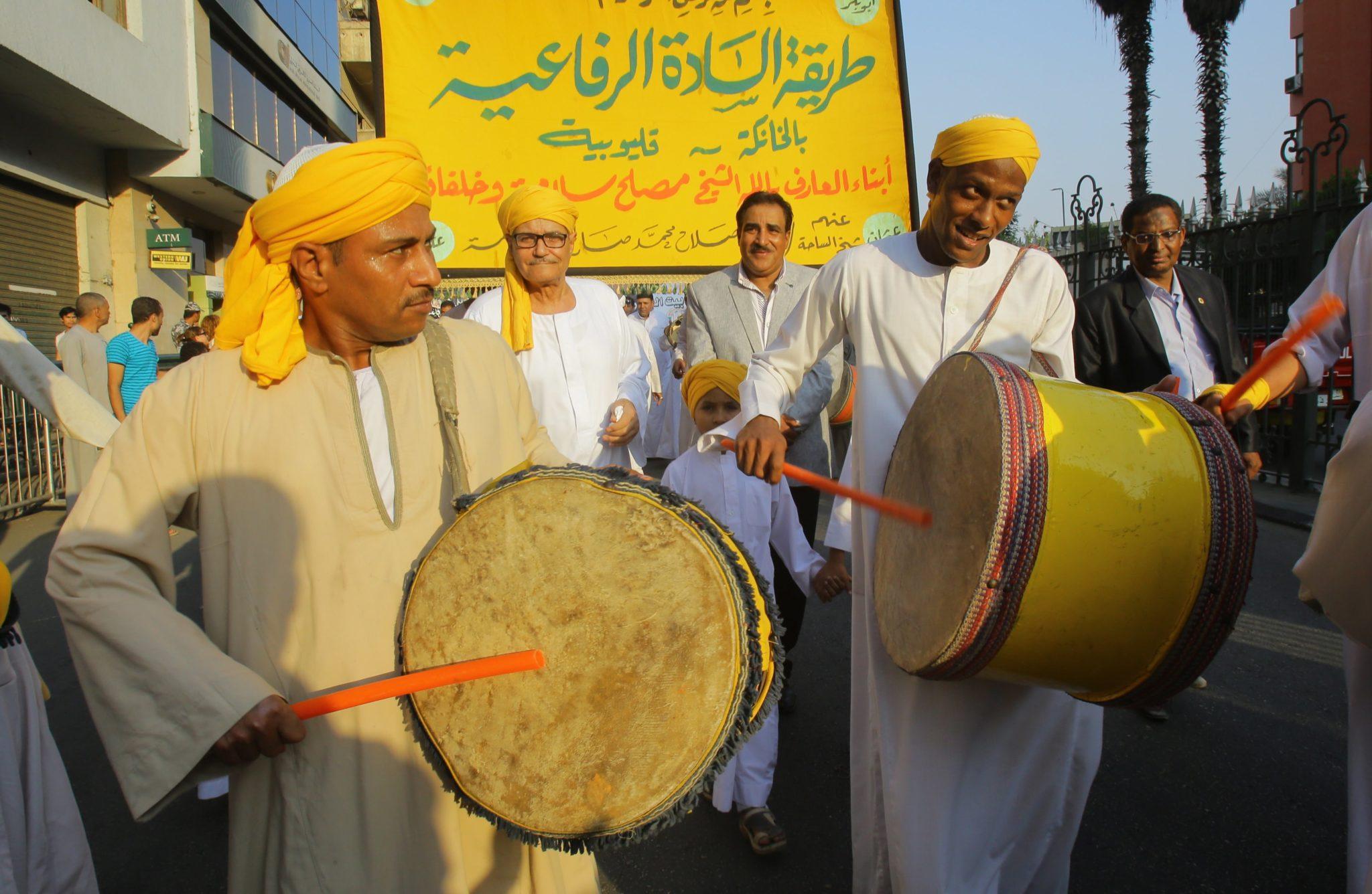 Egipt, Kair: muzułmanie śpiewają podczas procesji rozpoczynającą Nowy Rok Islamski na Al-Azhar Street. 11 września muzułmanie na całym świecie zaznaczają nowy rok 1440 Hidżri według kalendarza islamskiego, który upamiętnia migrację proroka Mahometa z Mekki do Medyny, fot. Khaled Elfiqi, PAP/EPA