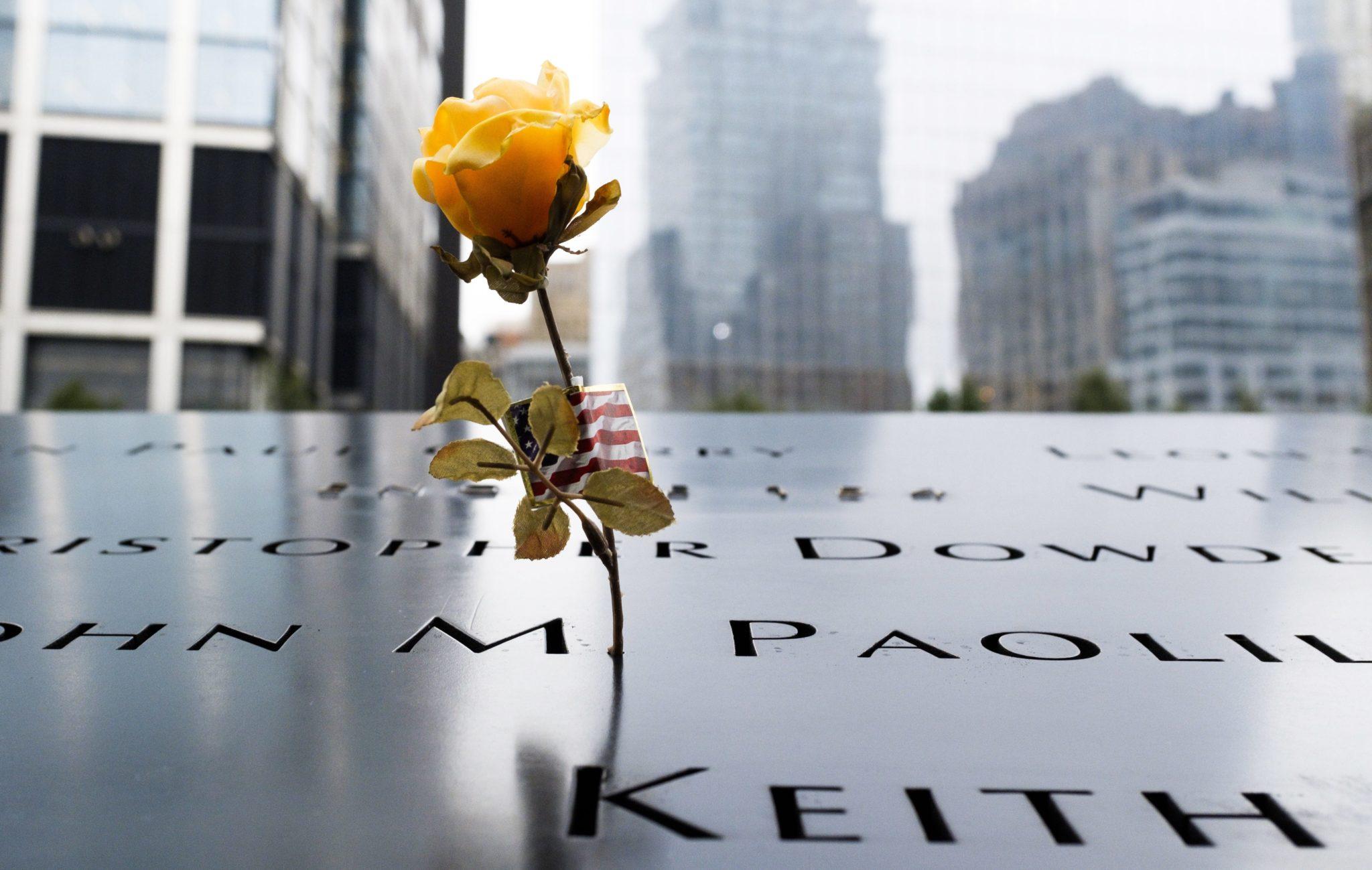 Nowy Jork, USA: kwiat złożony na memoriale 9/11, dziś mija 17. rocznica ataków terrorystycznych na World Trade Center, fot. Justin Lane, PAP/EPA