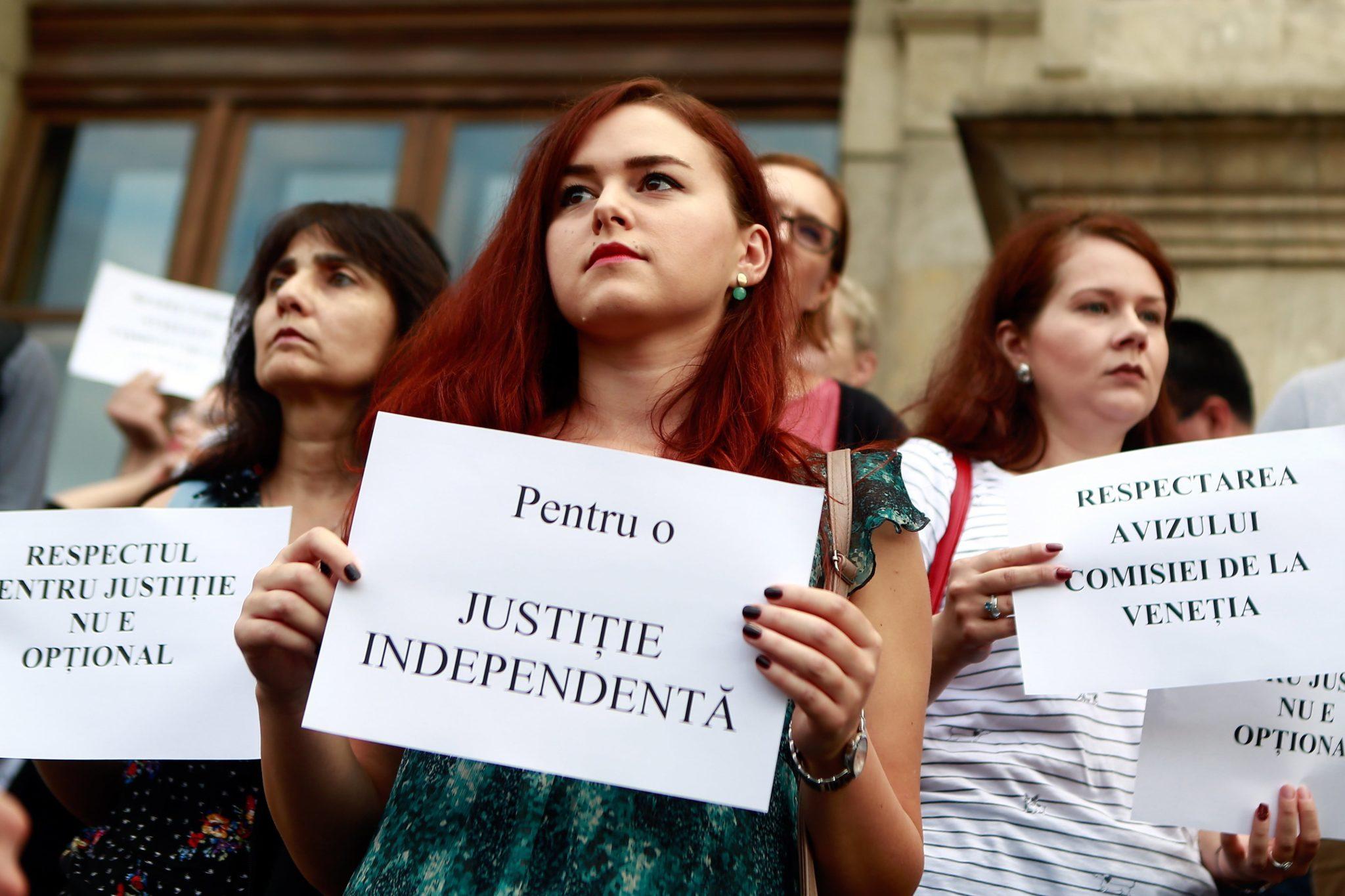 Rumuńscy urzędnicy  podczas protestu przed Sądem Apelacyjnym w Bukareszcie w Rumunii. Prawnicy i urzędnicy administracji publicznej protestują przeciwko planowanym zmianom w wymiarze sprawiedliwości, fot. Bogdan Cristel, PAP/EPA