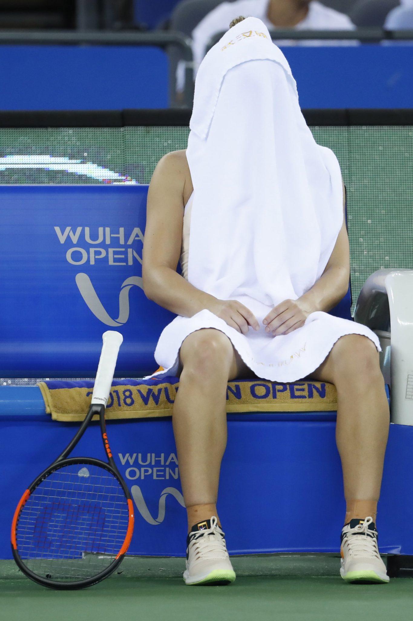 Chiny: Simona Halep z Rumunii w przerwie podczas drugiej rundy meczu z Dominika Cibulkova ze Słowacji, fot. Wu Hong, PAP/EPA