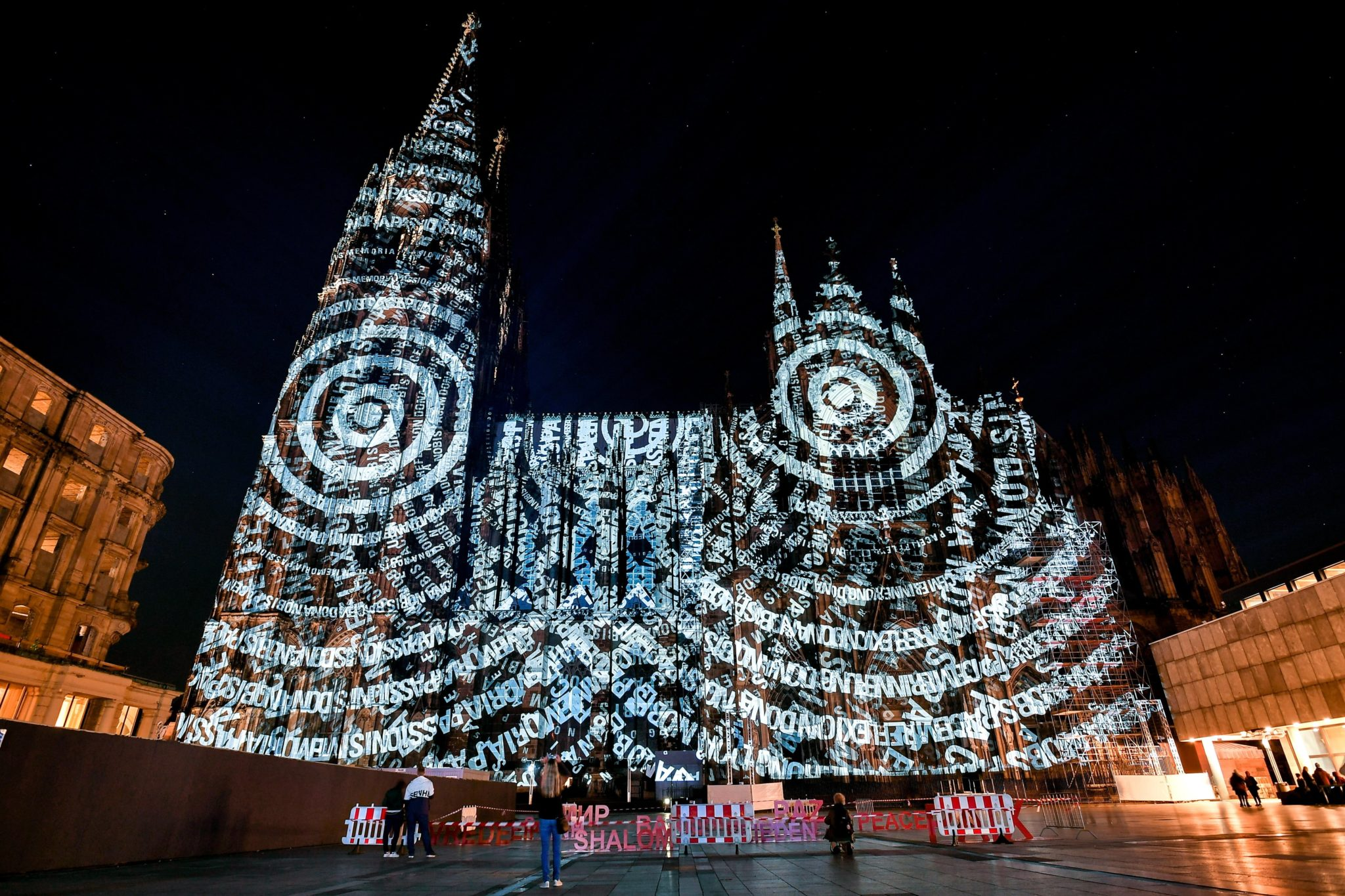 Niemcy: fasada katedry w Kolonii w Niemczech, projekty wyświetlane z okazji setnej rocznicy zakończenia I wojny światowej, fot. Sascha Steinbach, PAP/EPA