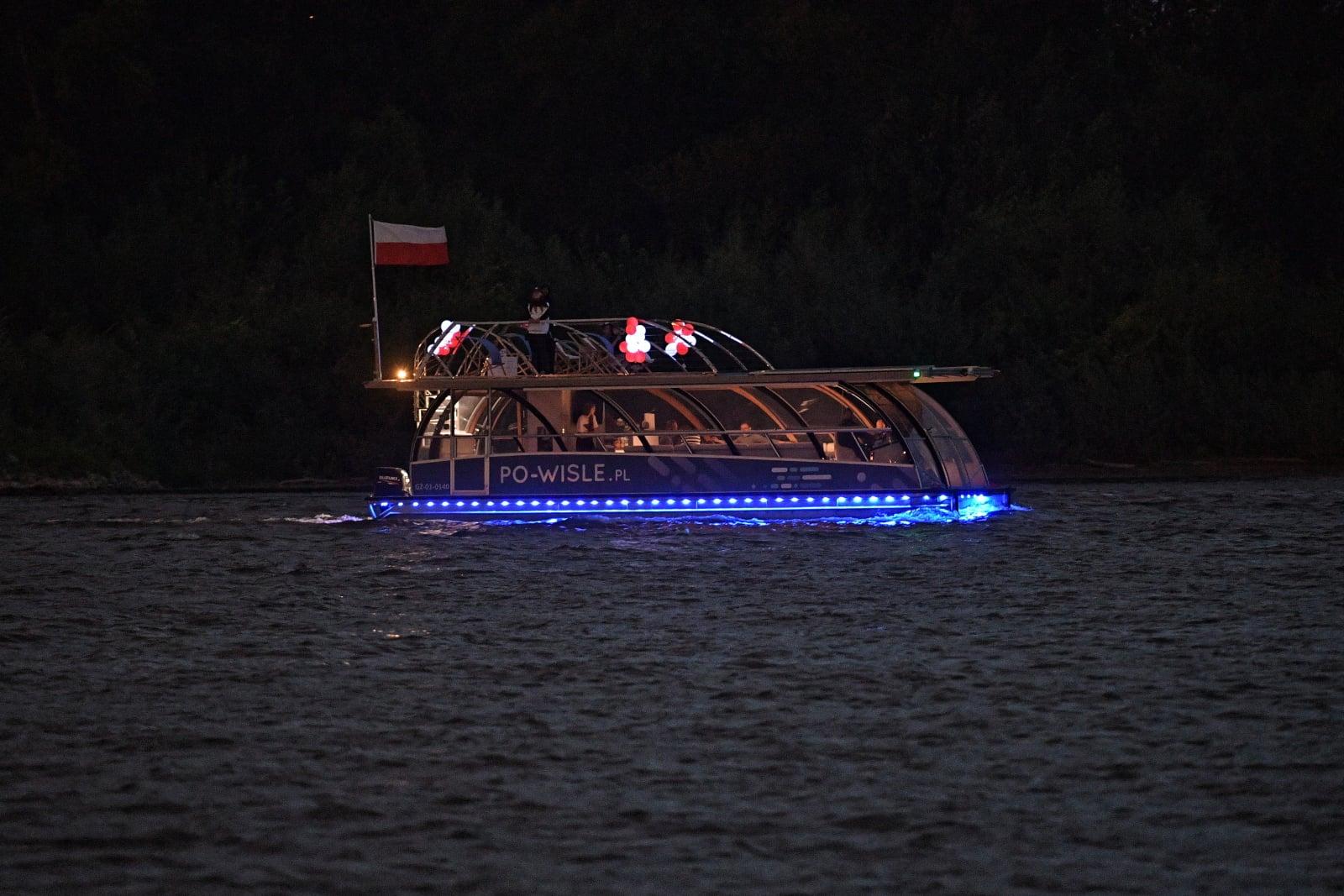 Parada biało-czerwonych statków i łodzi w ramach święta Wisły w Warszawie, fot. PAP/Marcin Obara