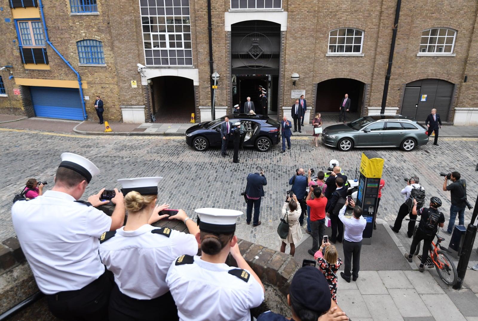 Para królewska Anglii wsiada do nowego, elektrycznego Jaguara.