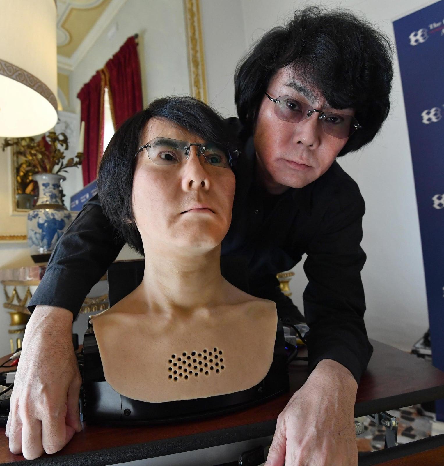 Robotyk dr. Hiroshi Ishiguro stworzyła robota, który jest jej podobizną Fot. EPA/DANIEL DAL ZENNARO