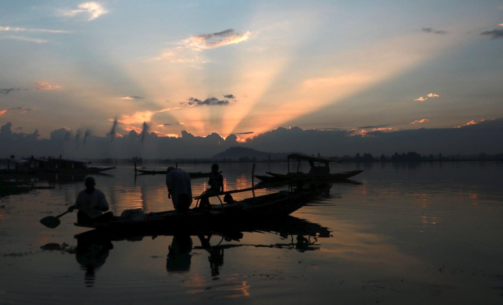 Piękny zachód słońca w Srinagar, letniej stolicy Indian, Kaszmir, fot. EPA/FAROOQ KHAN