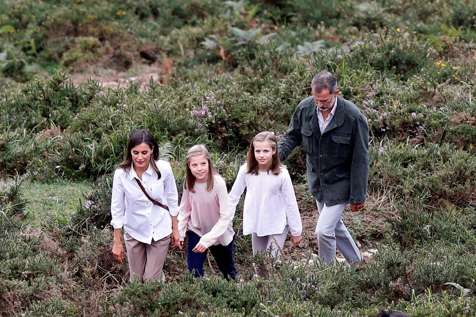 Hiszpański król Filip, królowa Letycja i ich córki podczas spaceru w Covadonga National Park, w Covadonga, w prowincji Asturias, w północnej Hiszpanii, fot. EPA/Juan Carlos Hidalgo