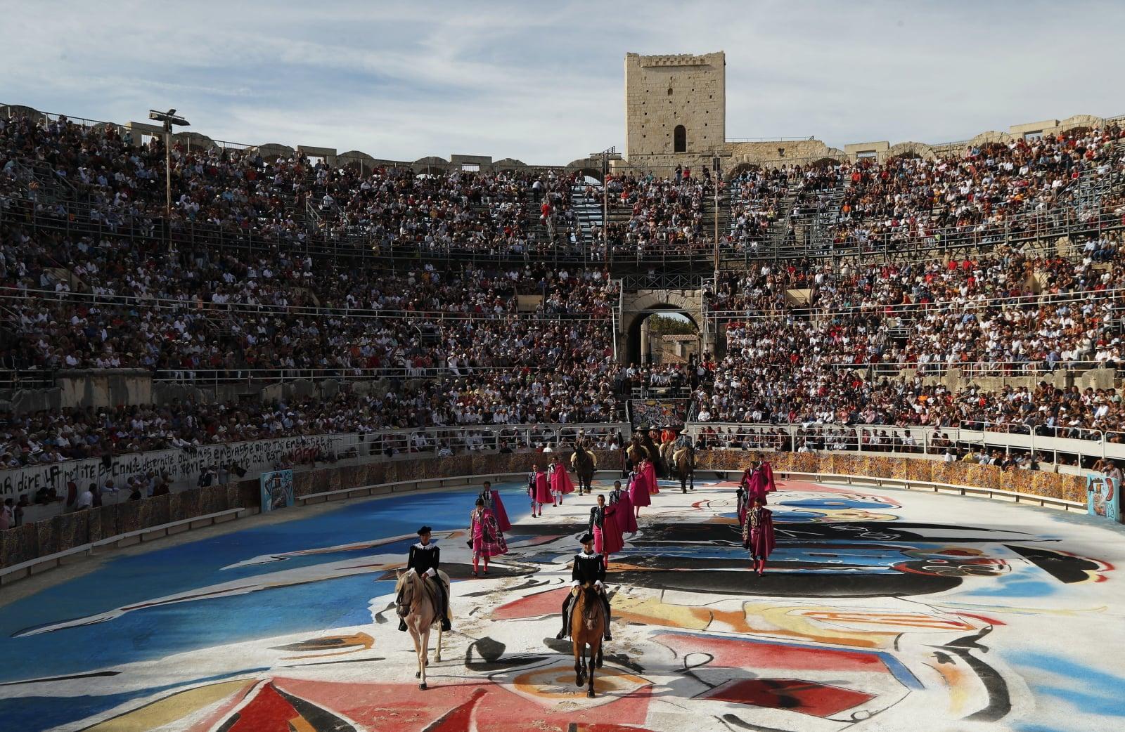 Torreadorzy uczestniczą w walkach byków odbywających się w Arles, w południowej Francji, fot. EPA/GUILLAUME HORCAJUELO
