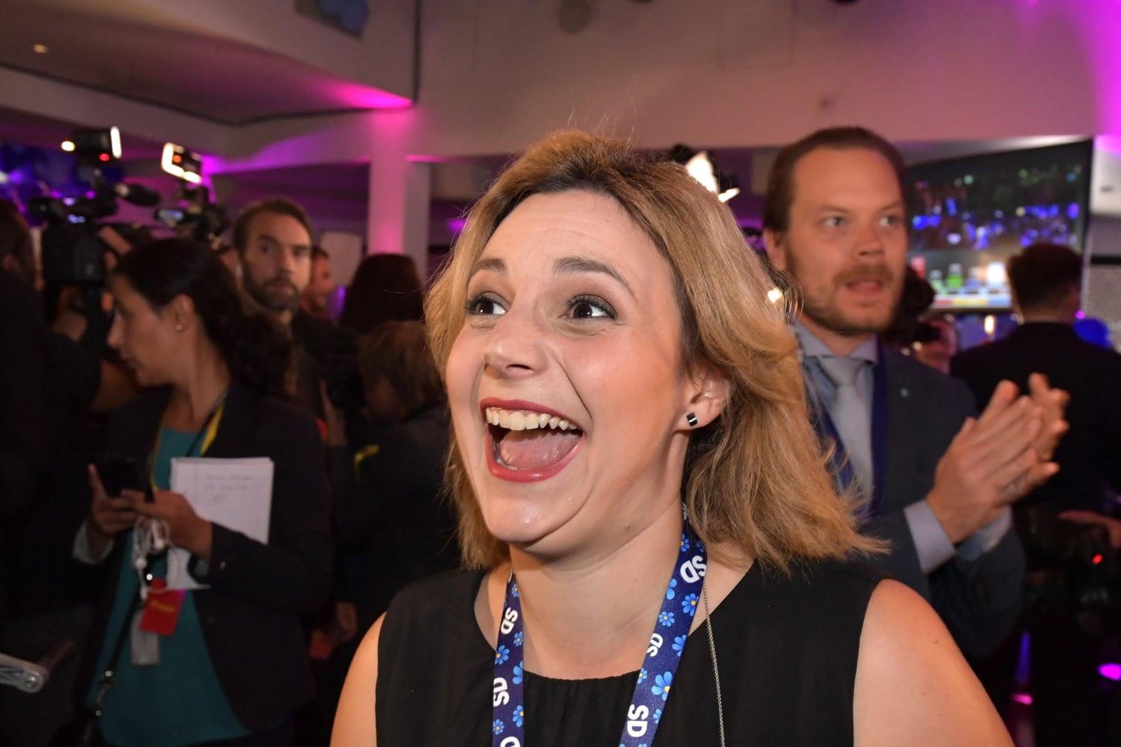 Szczęśliwa członkini Szwedzkich Demokratów, Paula Bieler podczas wstępnych wyników wyborów parlamentarnych  w Szwecji