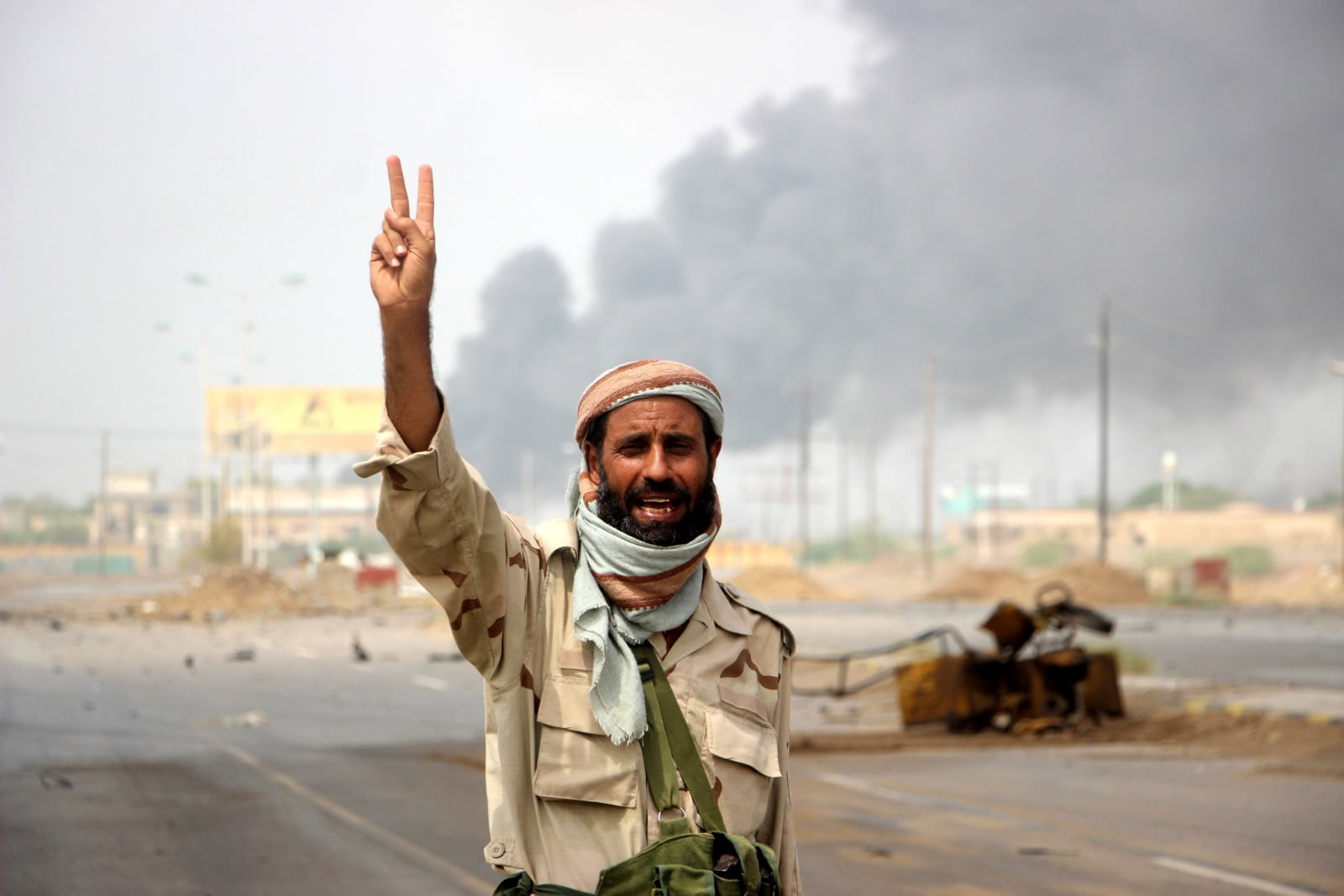 Bitwa o miasto Al-Hudajda, Jemen. Fot. PAP/EPA/NAJEEB ALMAHBOOBI