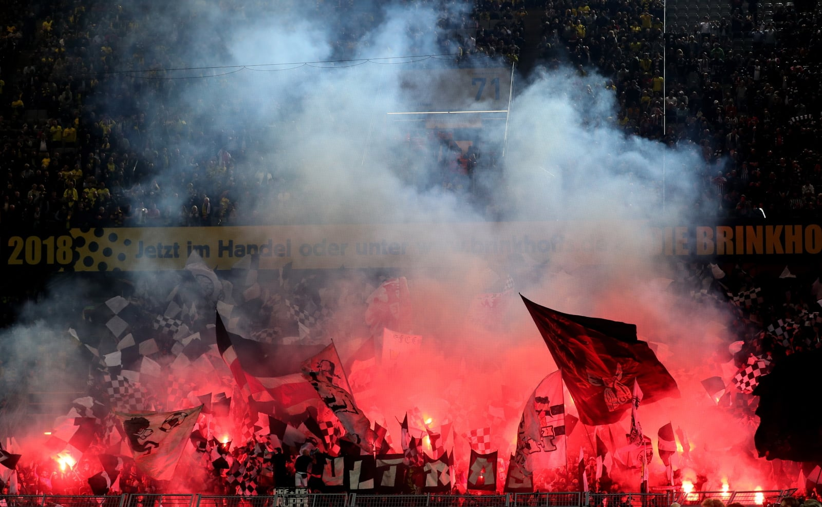 Fani Eintracht Frankfurtu na meczu w Dortmundzie. Fot. PAP/EPA/FRIEDEMANN VOGEL