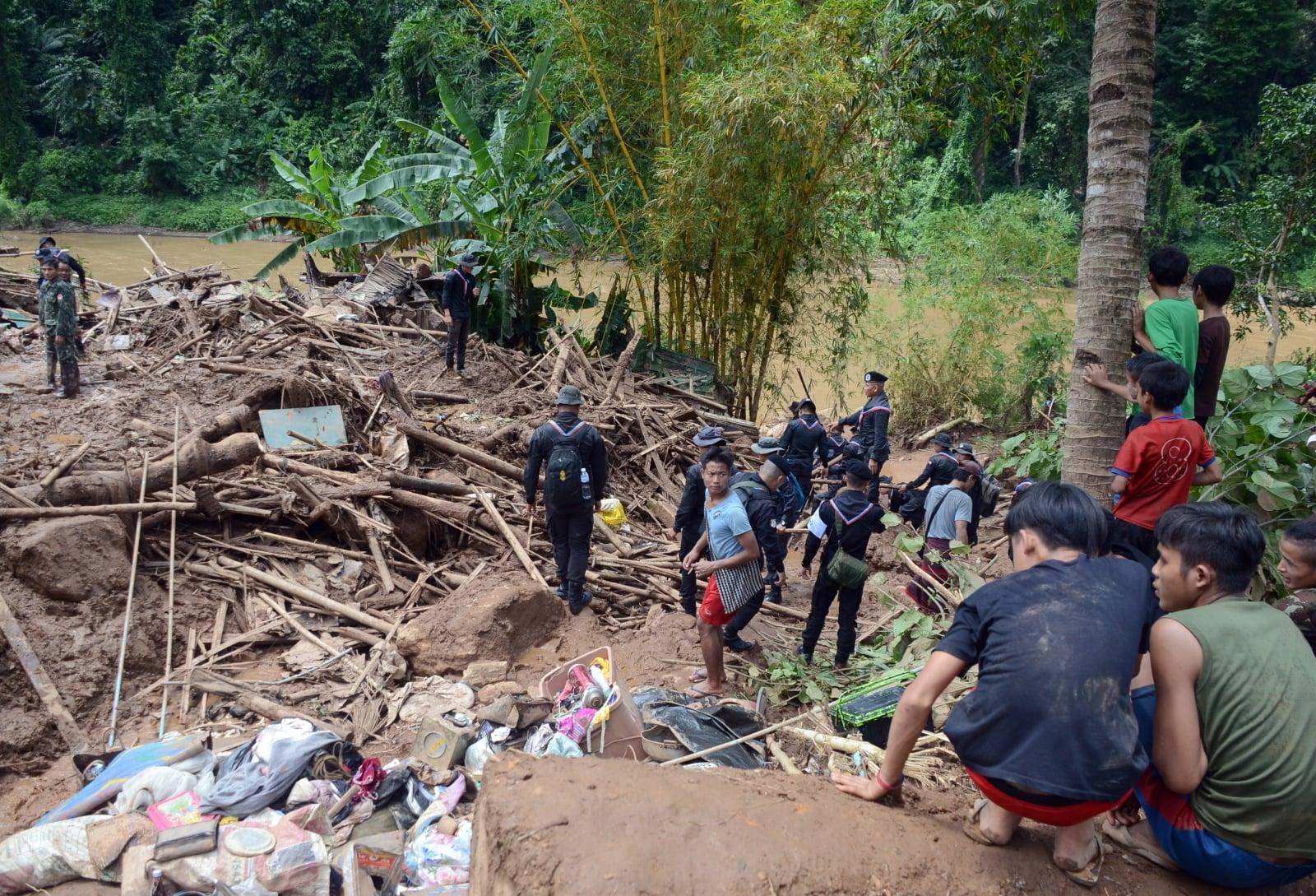 Zniszczenia po osunięciu się ziemi w obozie dla uchodźców Mae La Oon w Sob Moei, w Tajlandii, fot. EPA/STR