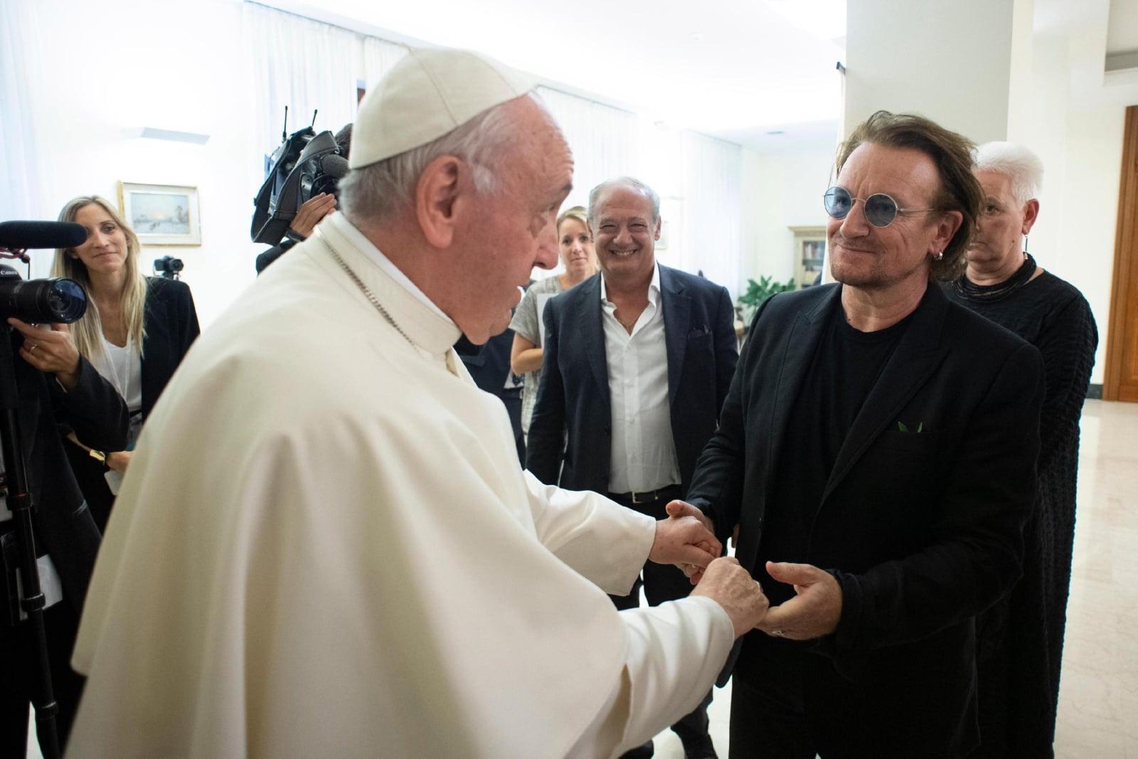 Spotkanie Papieża Franciszka z Bono Vox (pseudonim sceniczny Paula Davida Hewsona), frontmana zespołu rockowego U2, w Watykanie, fot. EPA/VATICAN MEDIA