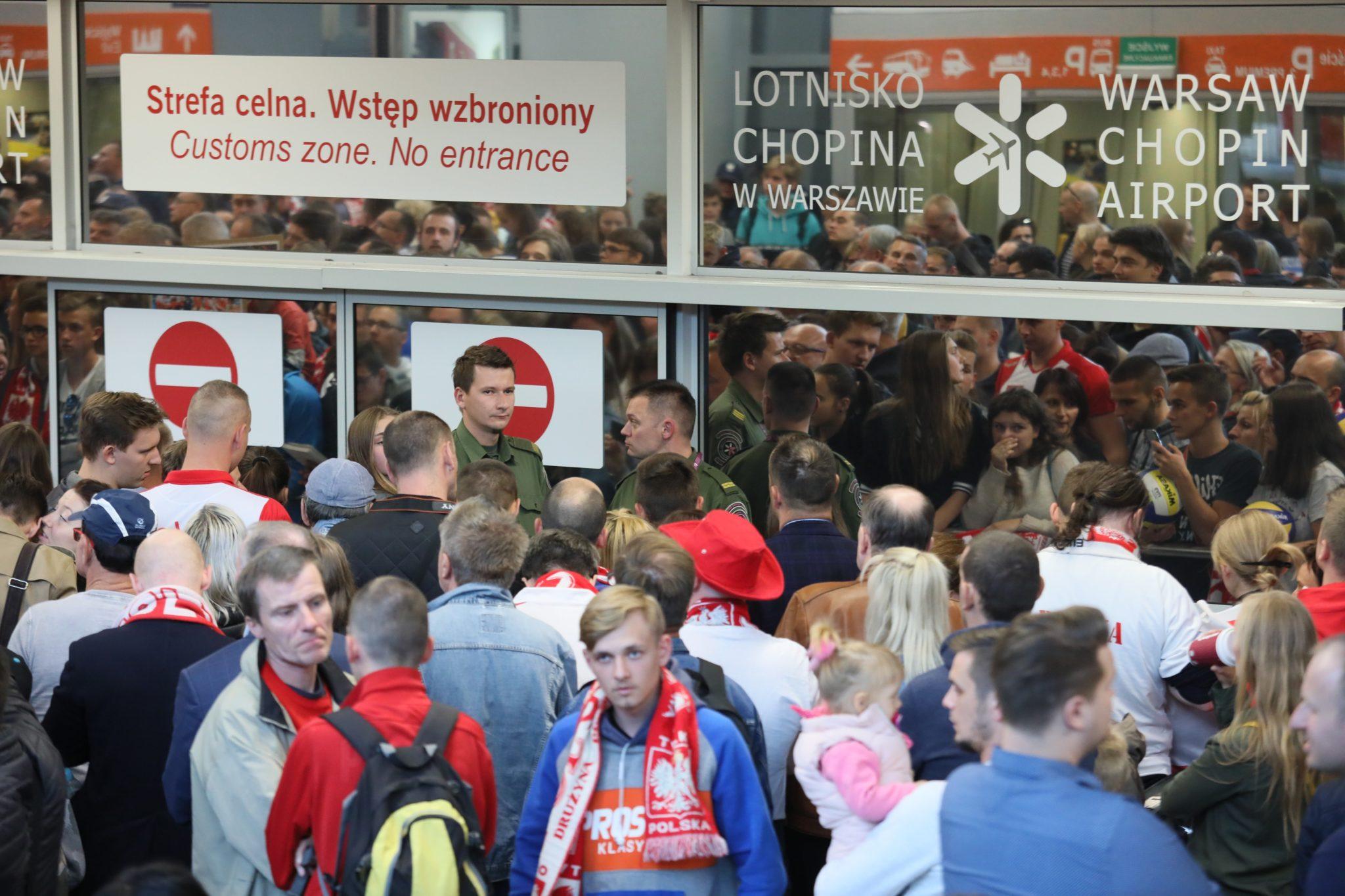 Kibice kilka godzin czekali na przylot siatkarzy reprezentacji Polski na warszawskim lotnisku