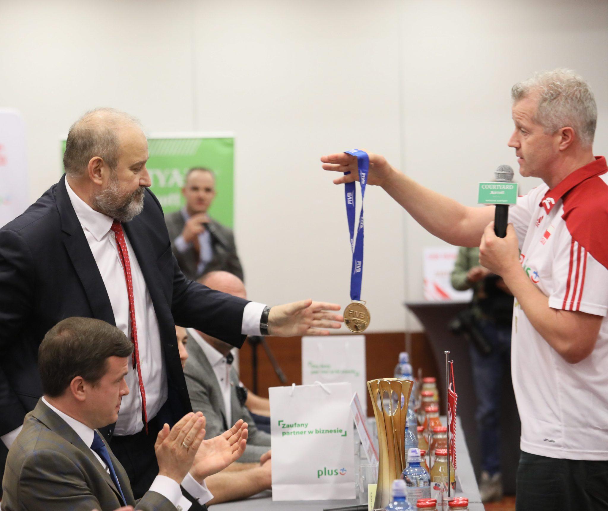 Trener siatkarskiej reprezentacji Polski Vital Heynen przekazał swój złoty medal MŚ prezesowi PZPS Jackowi Kasprzykowi podczas konferencji prasowej po powrocie z Włoch ze złotym medalem mistrzostw świata