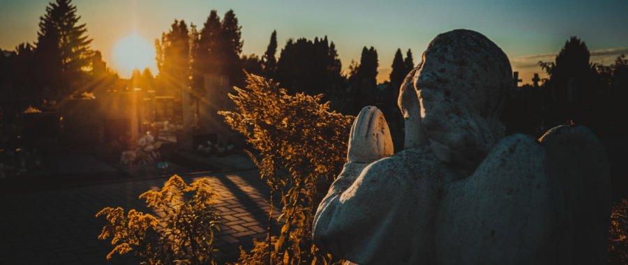 Jak uzyskać odpust zupełny za bliskich zmarłych? [WYJAŚNIAMY]