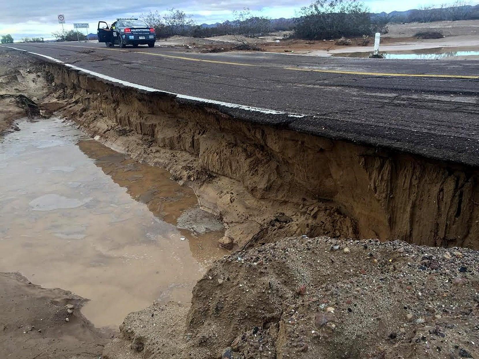 Widok na zniszczenia autostrady w stanie Baja California w Meksyku, zniszczenia po sztormie Rosa, fot. PAP/EPA