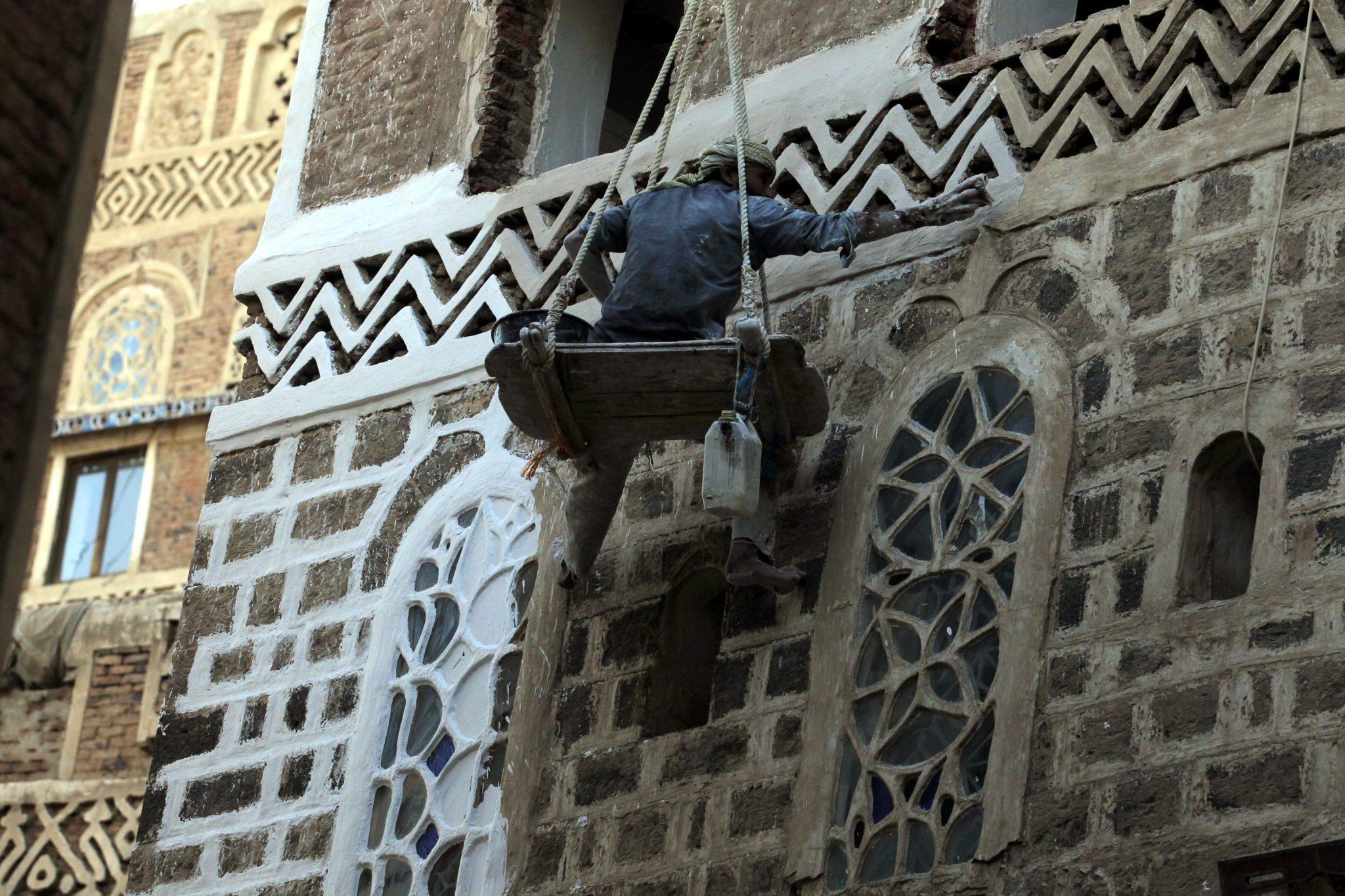 Sana, Jemen: odnawianie zabytkowych budynków, stare miasto Sany jest zalicozne do światowej listy UNESCO. Większość budynków ma od 200 do 500 lat. fot. Yahya Arhab, PAP/EPA