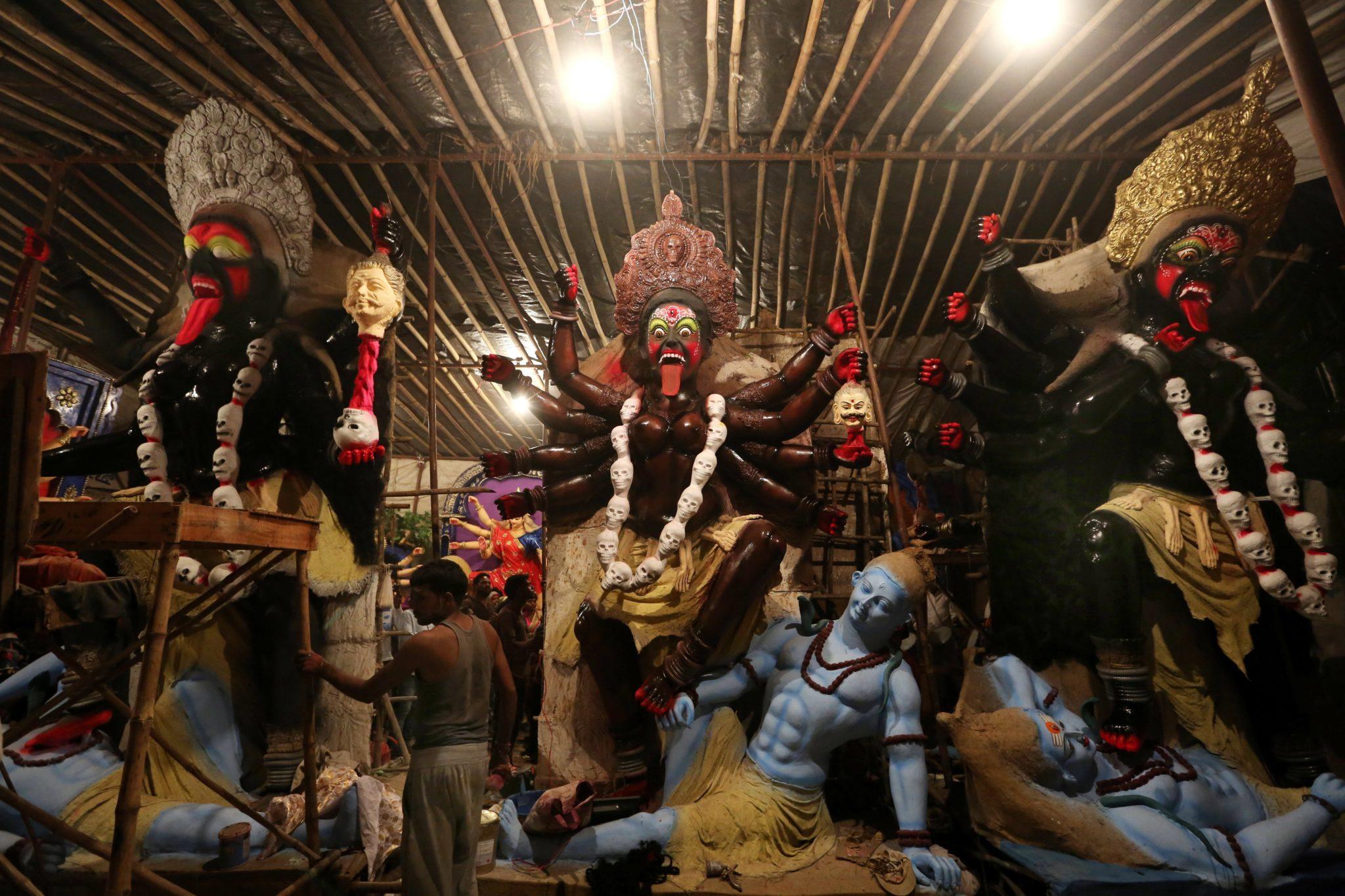 Indyjski artysta pracuje nad rzeźbą Bogini Kali przed festiwalem Navratri w Bhopal w Indiach, fot. Sanjeev Gupta, PAP/EPA