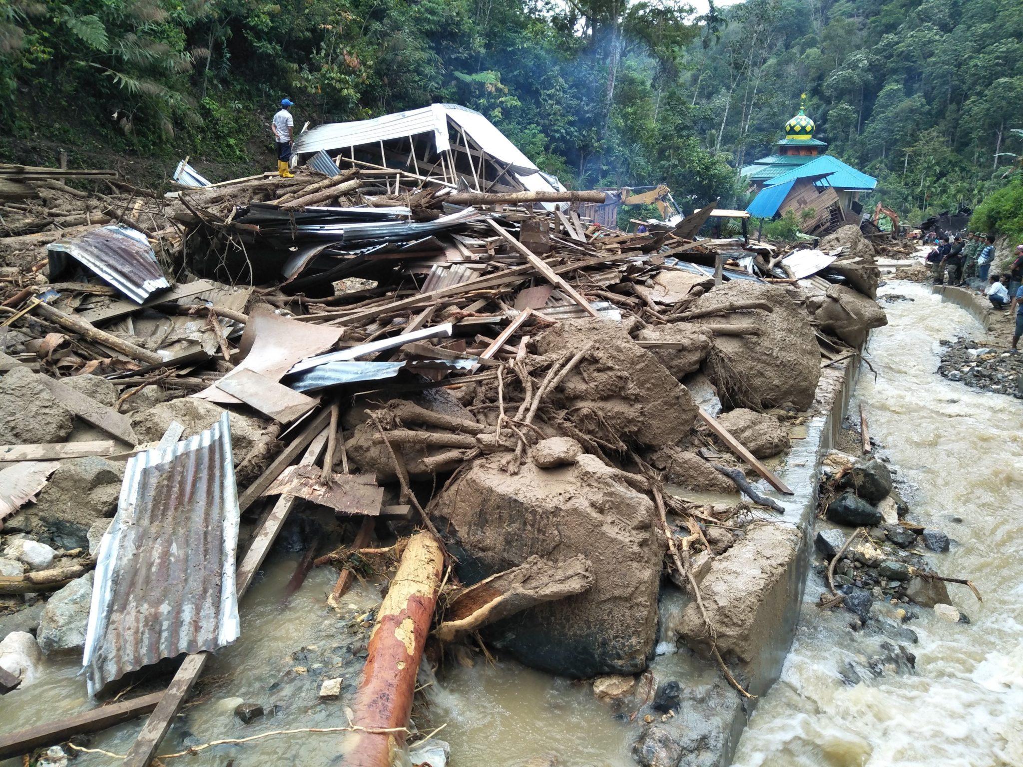 Indonezja: uszkodzone domy po powodzi, która uderzyła na północnej Sumatrze, fot. Agus Salim, PAP/EPA
