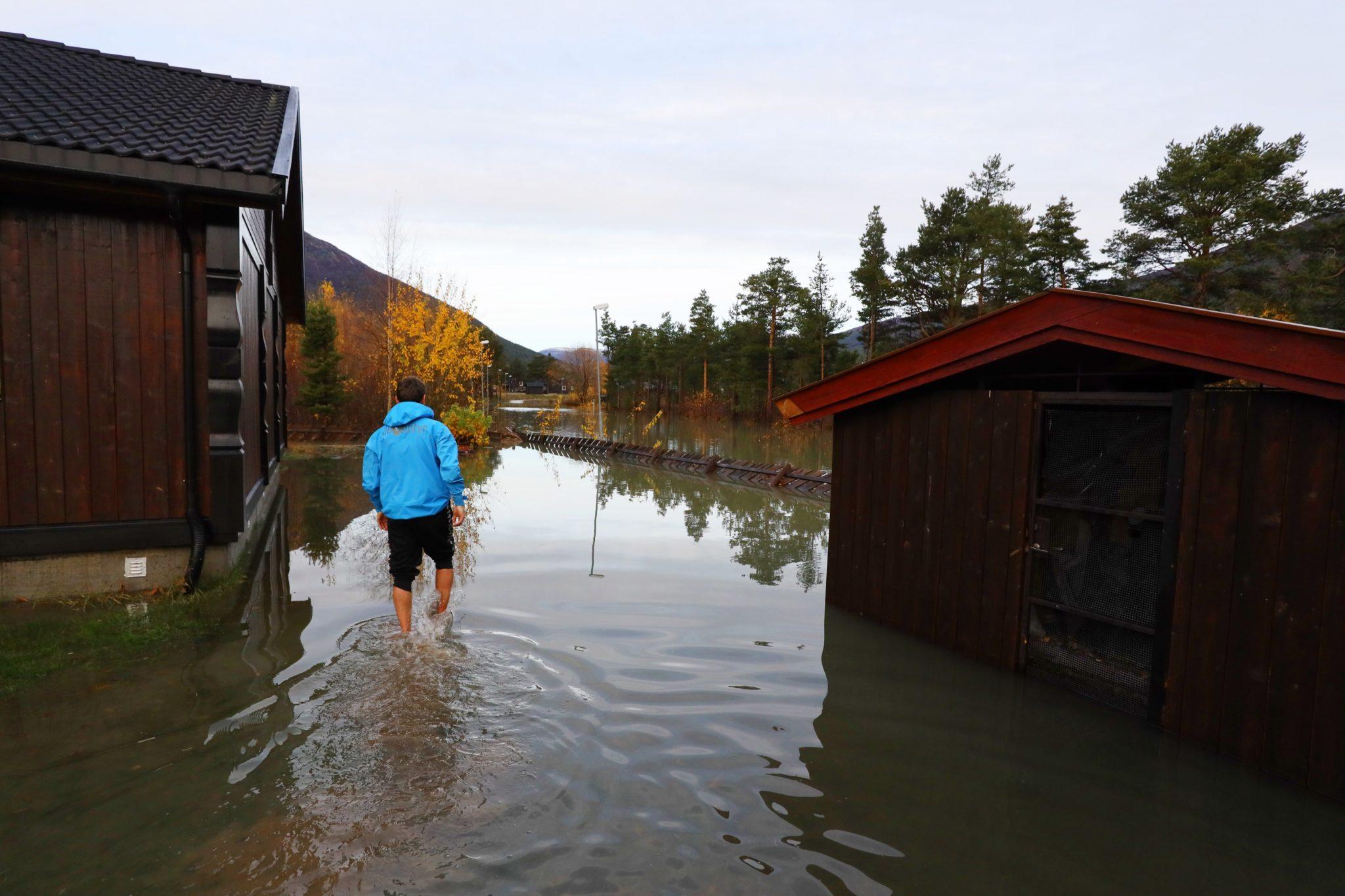 Norwegia: rosnące temperatury i topniejący śnieg w połączeniu z ulewnymi opadami deszczu spowodowały zalanie kilku obszarów w środkowej i zachodniej Norwegii, fot. EPA