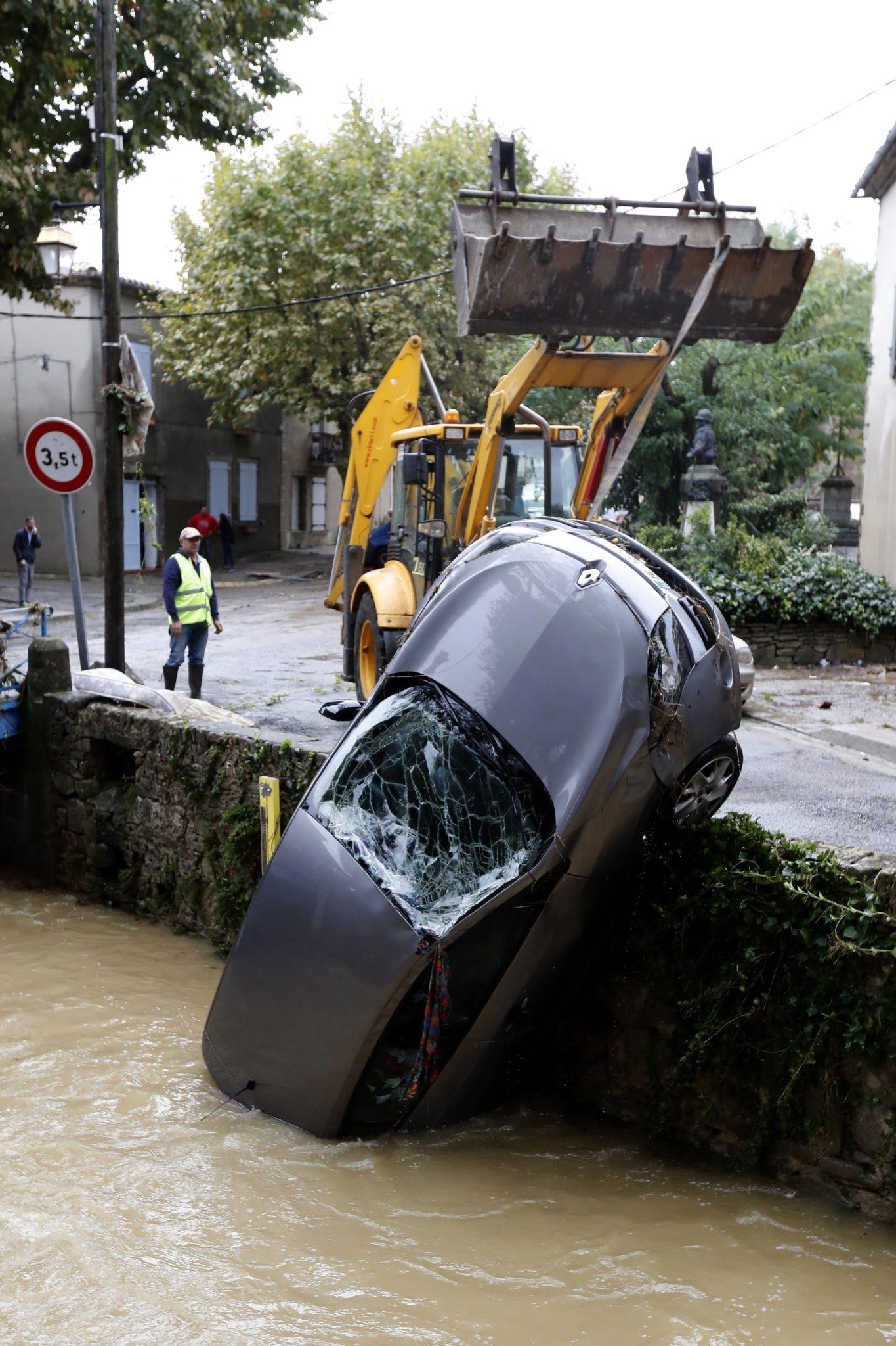 Francja: co najmniej 13 osób poniosło śmierć w południowo-zachodniej Francji wskutek jednej z najgorszych powodzi od stulecie.  Telewizje pokazują muliste rwące rzeki, powyrywane drzewa, przewrócone słupy elektryczne, fot. Guillaume Horcajuelo, PAP/EPA