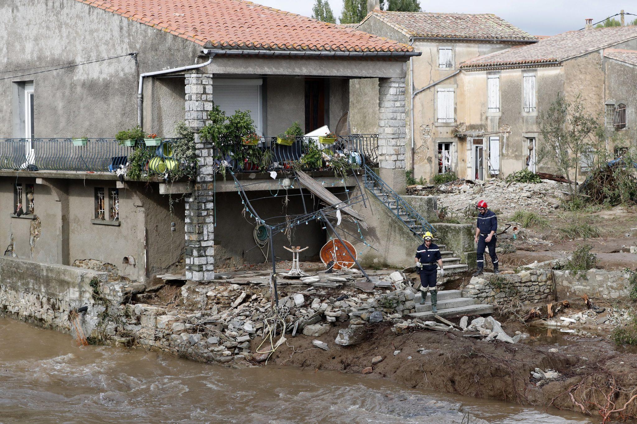 Władze powiadomiły, że prewencyjnie - z powodu ryzyka przepełnienia się zapory - ewakuowano ok. 1000 ludzi w gminie Pezens w departamencie Aude. W tym regionie, jak twierdzą władze, w ciągu jednej nocy spadło tyle deszczu, co zazwyczaj w ciągu siedmiu miesięcy,  fot. Guillaume Horcajuelo, PAP/EPA