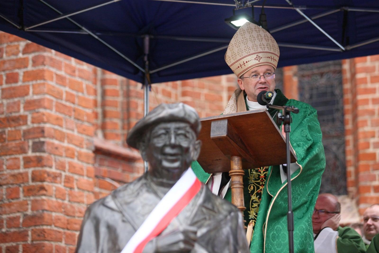 Biskup Tadeusz Lityński podczas Mszy św. w ramach uroczystoœci odsłonięcia pomnika kapelana
