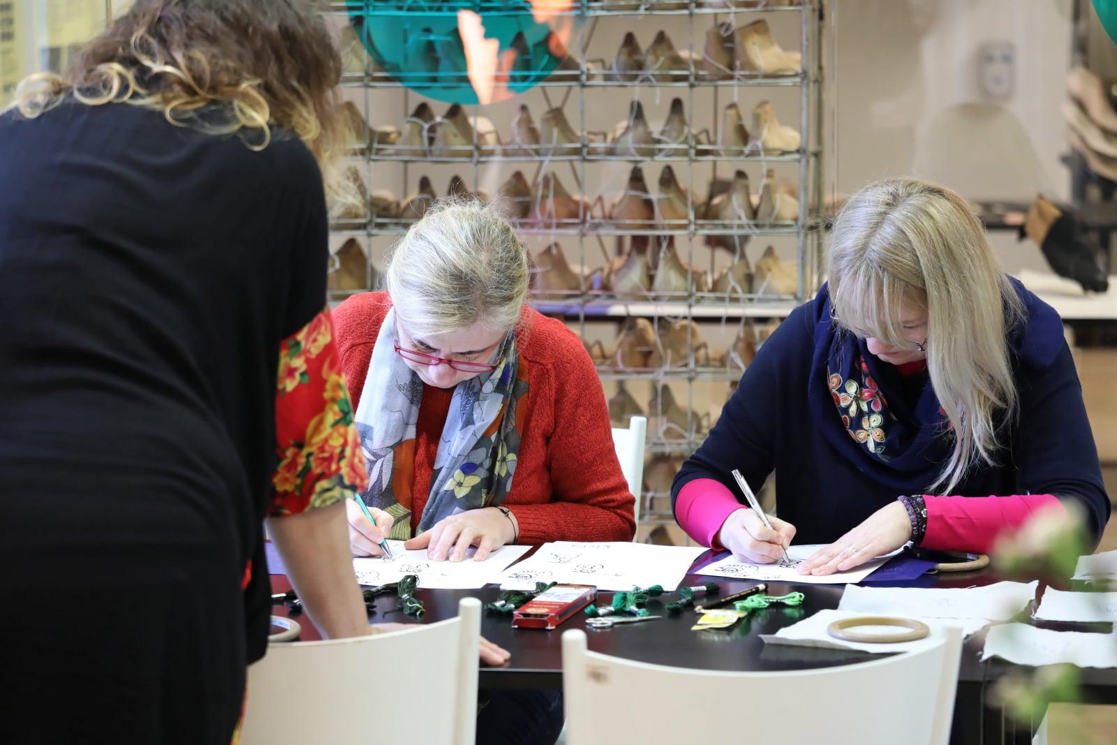 Warsztaty haftowania na tamborku w Muzeum Warszawskiej Pragi, fot. PAP/Tomasz Gzell