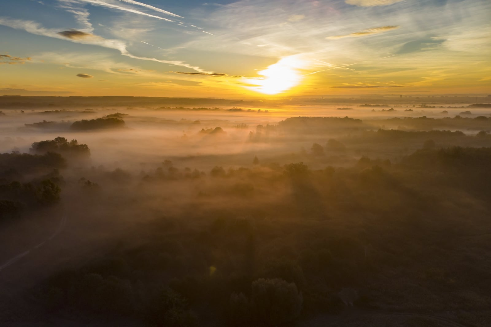 Poranna mgła unosząca się w pobliżu Nagykanizsa, 210 km na południowy zachód od Budapesztu, Węgry, fot. EPA/GYORGY VARGA