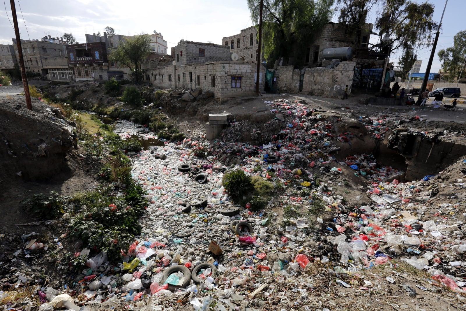 Bagna ściekowe i pokrywające je odpady, które tworzą środowisko wysokiego ryzyka dla cholery w Jemenie. Epidemia cholery w tamtejszych rejonach rozwija się w bardzo szybkim tempie, fot. EPA/YAHYA ARHAB