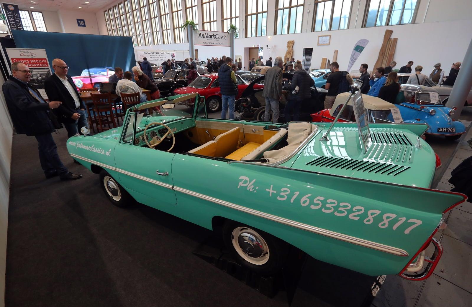 Wystawa zabytkowych samochodów w Berlinie fot. EPA/FELIPE TRUEBA