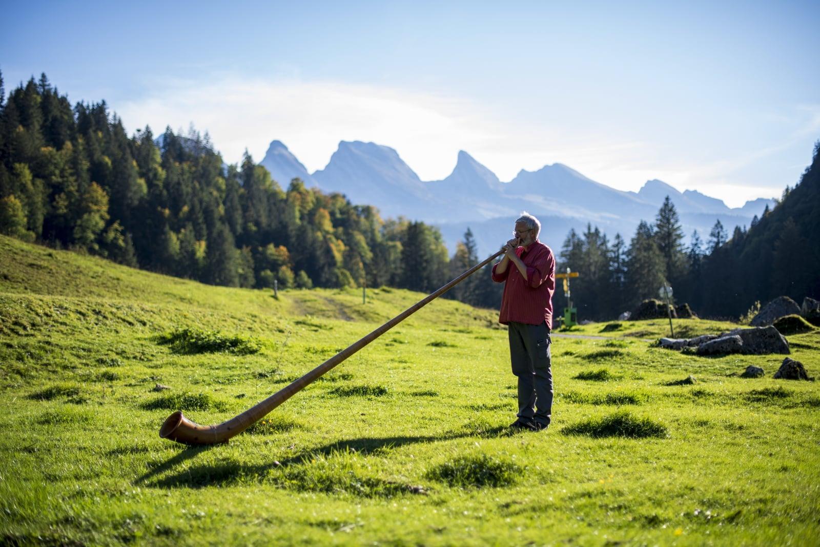 Szwajcaria, gra na alphornie  EPA/GIAN EHRENZELLER