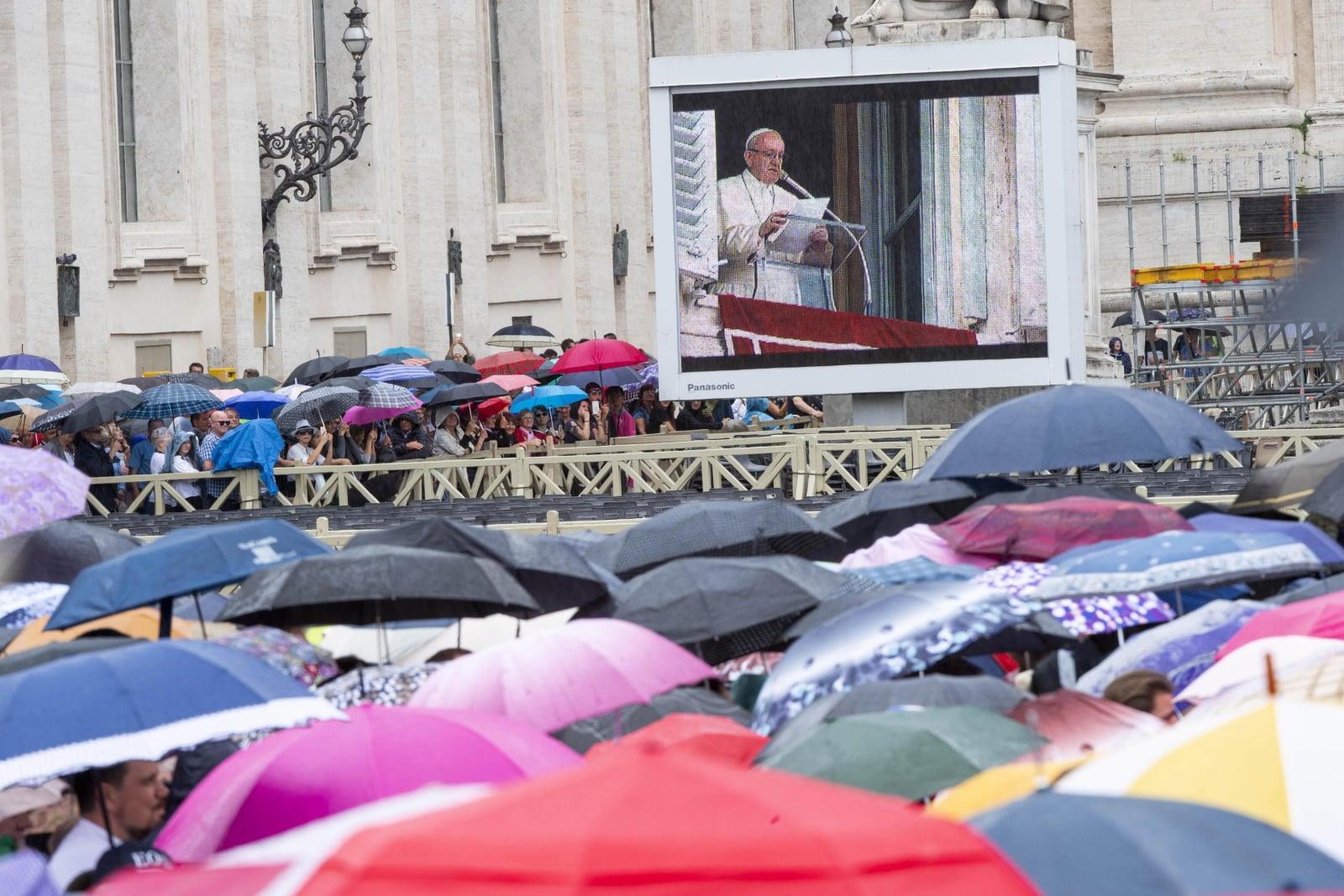 Papież Franciszek podczas modlitwy