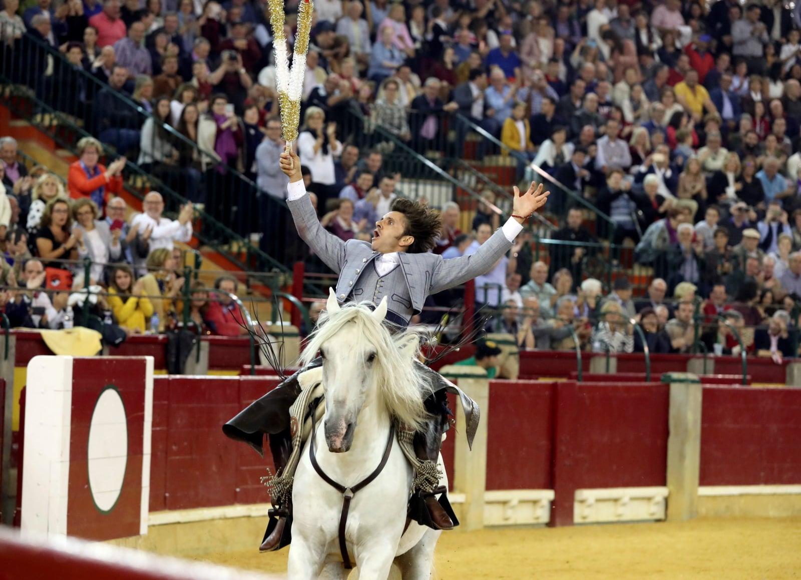 Portugalski jeździec Diego Ventura w akcji podczas walki byków w Saragossie, Hiszpania fot. EPA/Javier Lopez