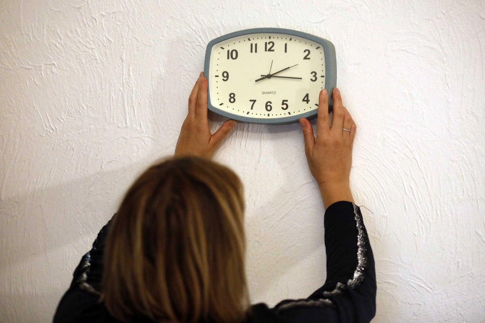 W dniu 28 października kraje europejskie cofną zegary o godzinę powrotu do zimy. Ta zmiana zegara może być ostatnia, ponieważ Komisja Europejska planuje zakończyć okresy letnie w 2019 roku, fot. EPA/SEBASTIEN NOGIER