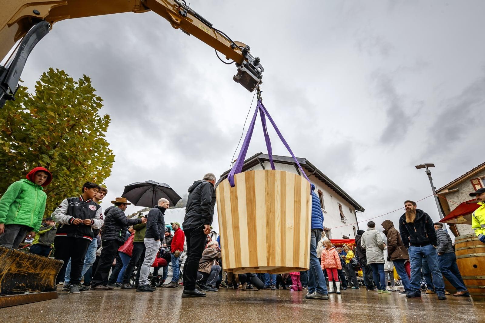 Festiwal jabłek we Francji, podczas którego pobito rekord Guinnessa w największej misce soku jabłkowego, która ważyła 390 kg, fot. EPA/VALENTIN FLAURAUD