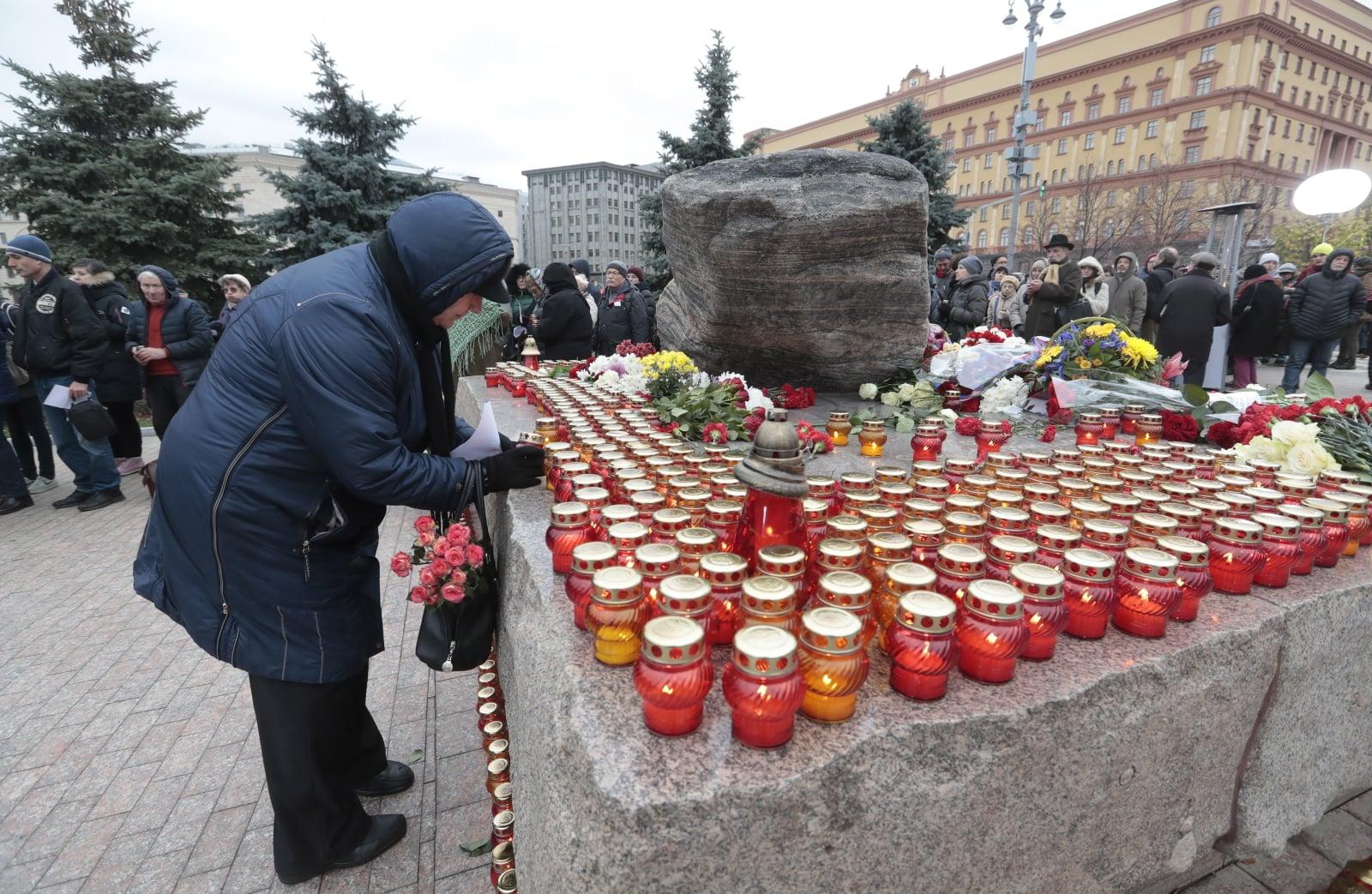 Dzień wspominania ofiar represji stalinowskiego reżimu w Rosji. Fot. PAP/EPA/SERGEI CHIRIKOV