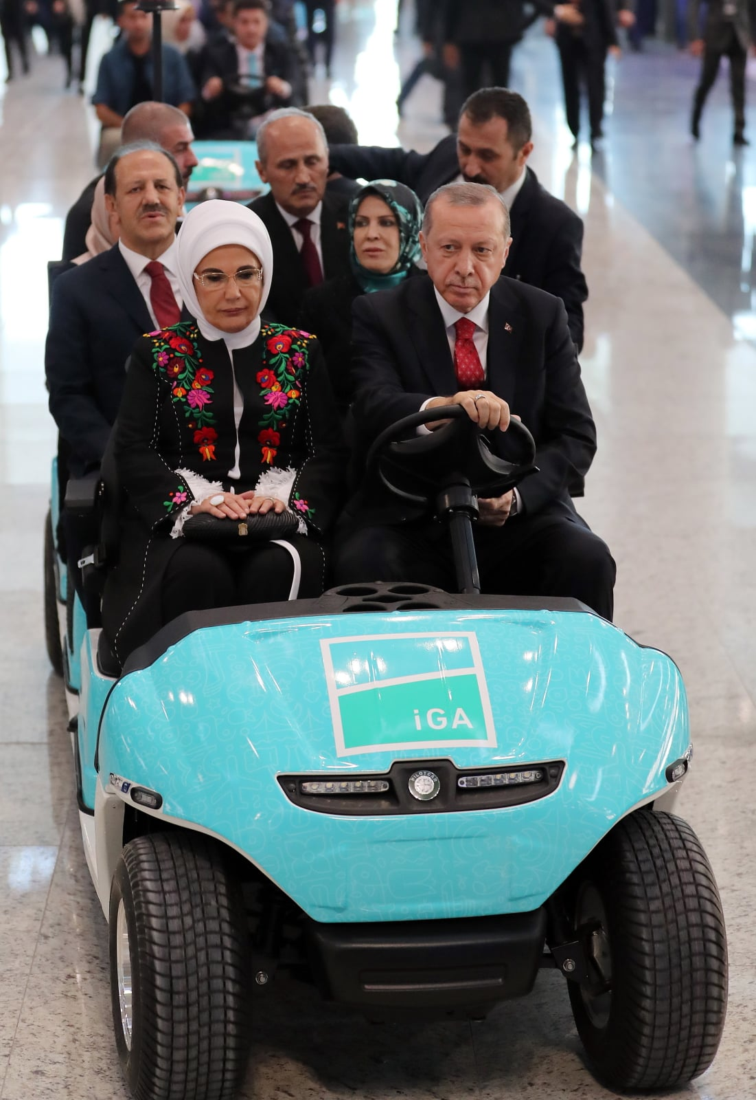 Prezydent Turcji Recep Erdogan z żoną na lotnisku w Stambule, Turcja. Fot. PAP/EPA/TURKISH PRESIDENTIAL PRESS OFFICE HANDOUT