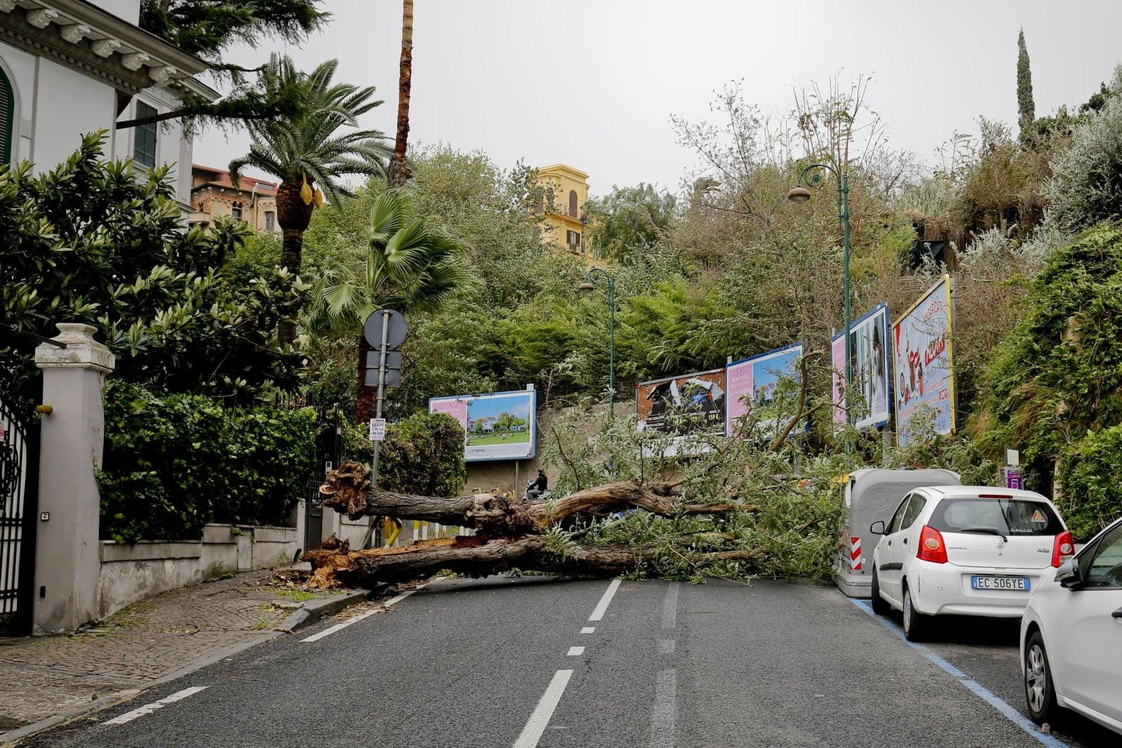 Potężne wichury w Neapolu, Włochy, 29 października 2018. Fot. PAP/EPA/CIRO FUSCO