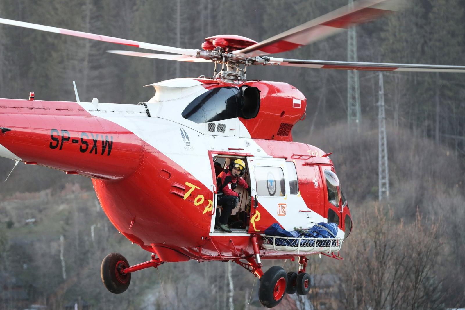 Ratownicy TOPR transportują ciało mężczyzny, odnalezione w rejonie Buli pod Rysami. Prawdopodobnie jest to turysta, poszukiwany od niedzieli. Fot. PAP/Grzegorz Momot