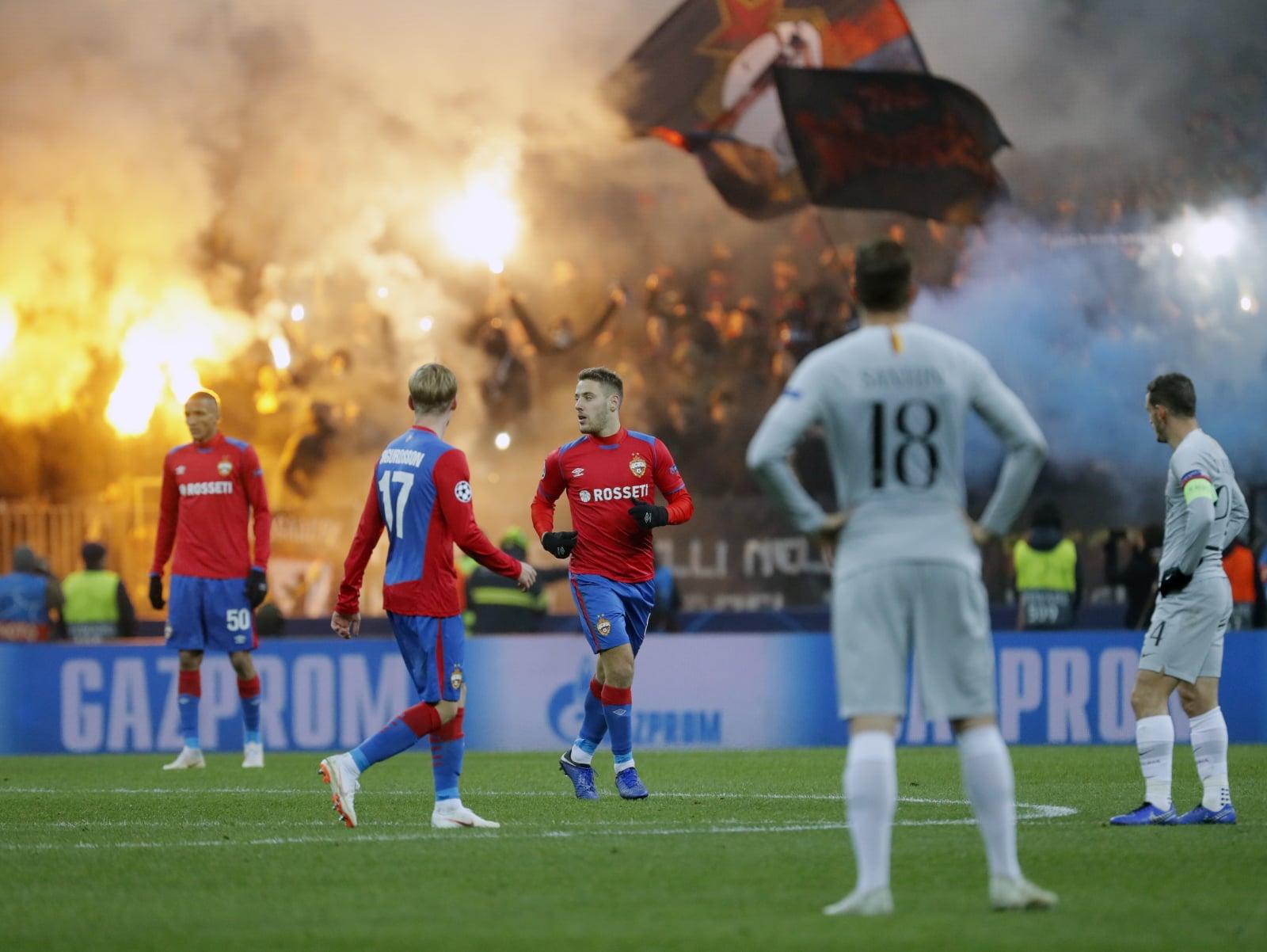 Oprawa fanów CSKA Moskwa na meczu UEFA Champions League w Moskwie. Fot. PAP/EPA/YURI KOCHETKOV