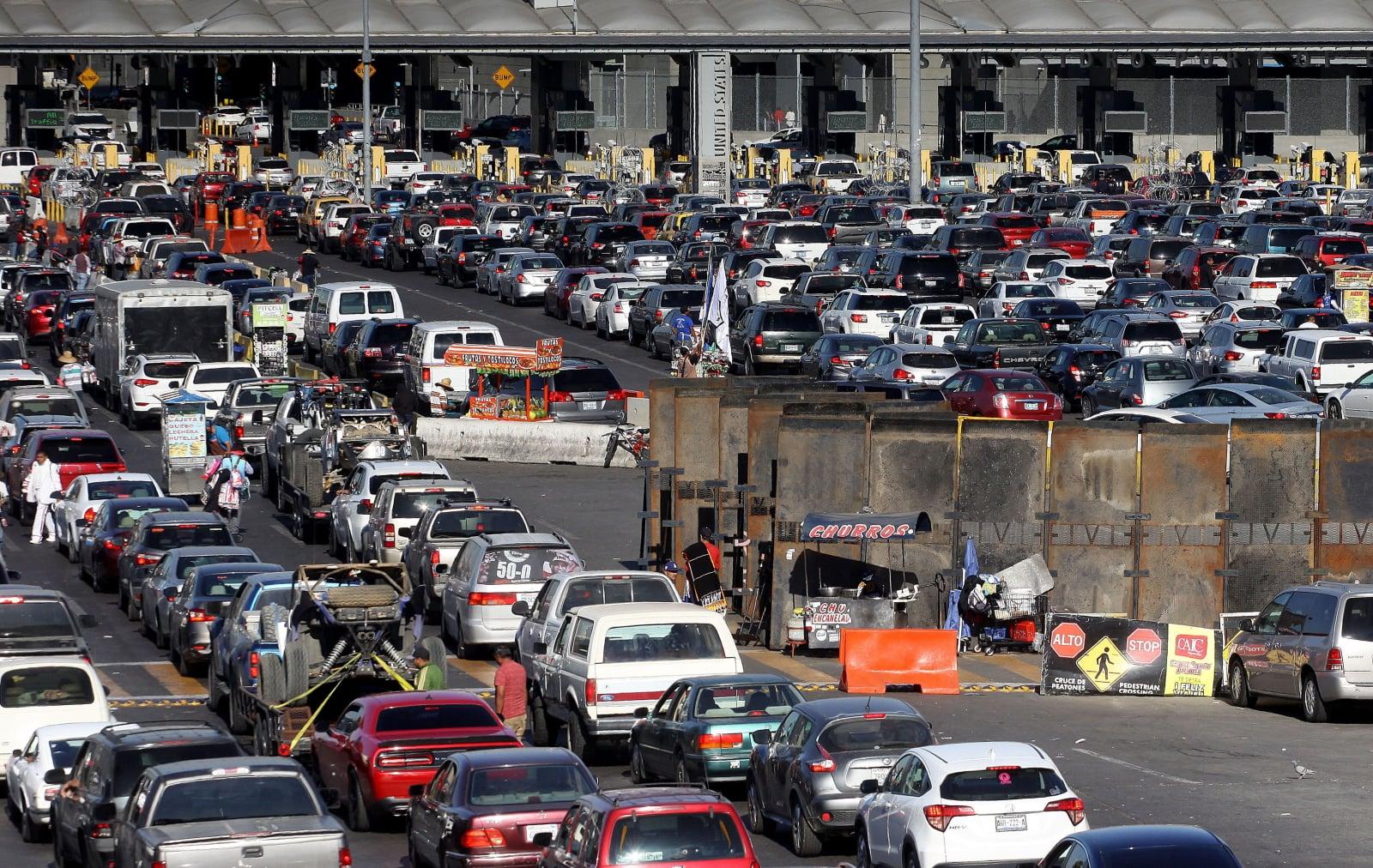 Migranci na granicy z Meksykiem fot. EPA/Alejandro Zepeda