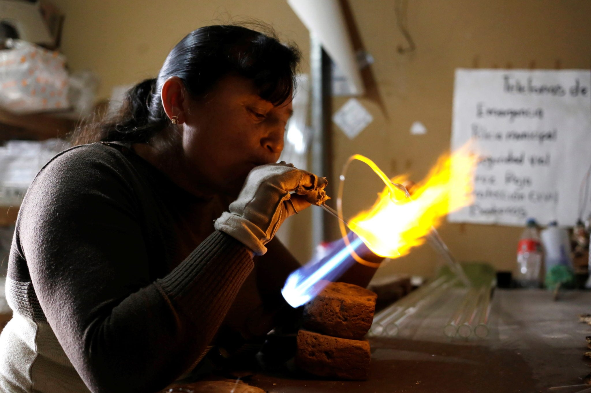 Meksyk, Chignahuapan: wyrób bombek choinkowych, fot. Hilda Rios, EPA.