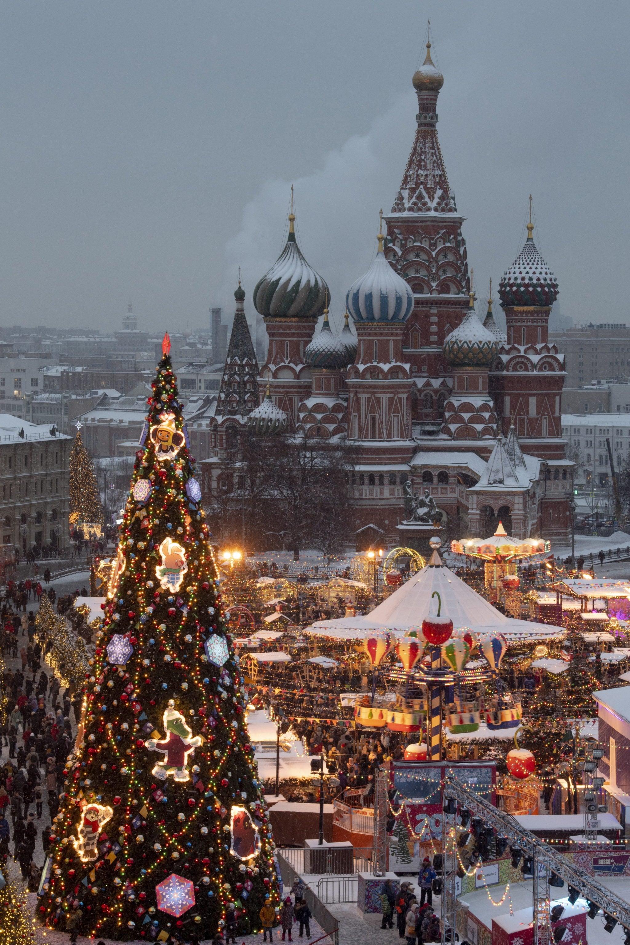 Rosja, Plac Czerwony gotowy na świętowanie Nowego Roku i Świąt Bożego Narodzenia (w prawosławiu obchodzone są 6.01), fot. ALEXANDER ZEMLIANICHENKO, PAP/EPA.