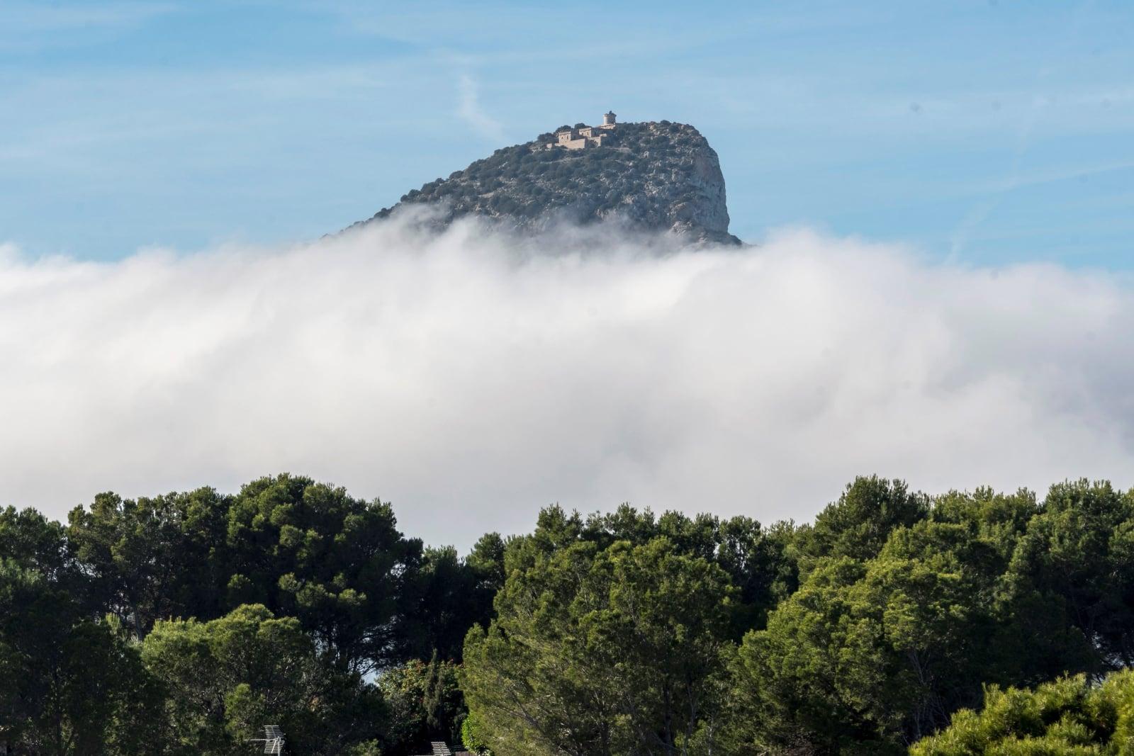 Mgła zakrywa Majorkę, hiszpańską wyspę w archipelagu Balearów. Fot. PAP/EPA/CATI CLADERA