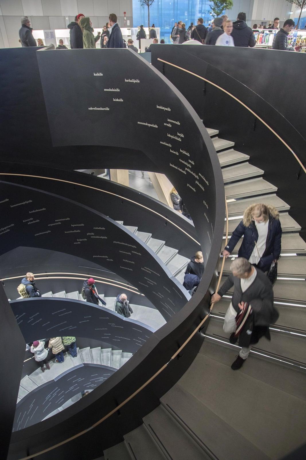 Schody Głównej Biblioteki w Helsinkach, Finlandia. Fot. PAP/EPA/MAURI RATILAINEN