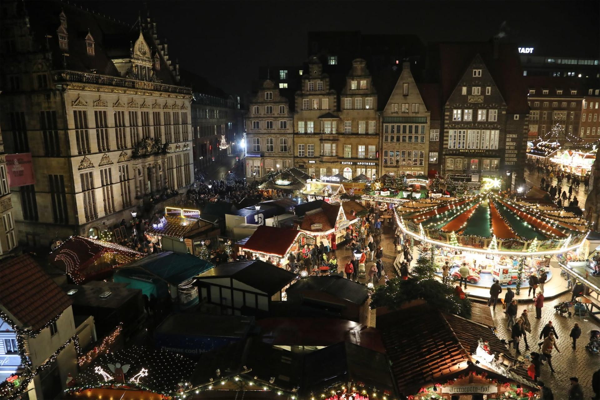 Jarmark świąteczny w Bremie, Niemcy. Fot. PAP/EPA/FOCKE STRANGMAN