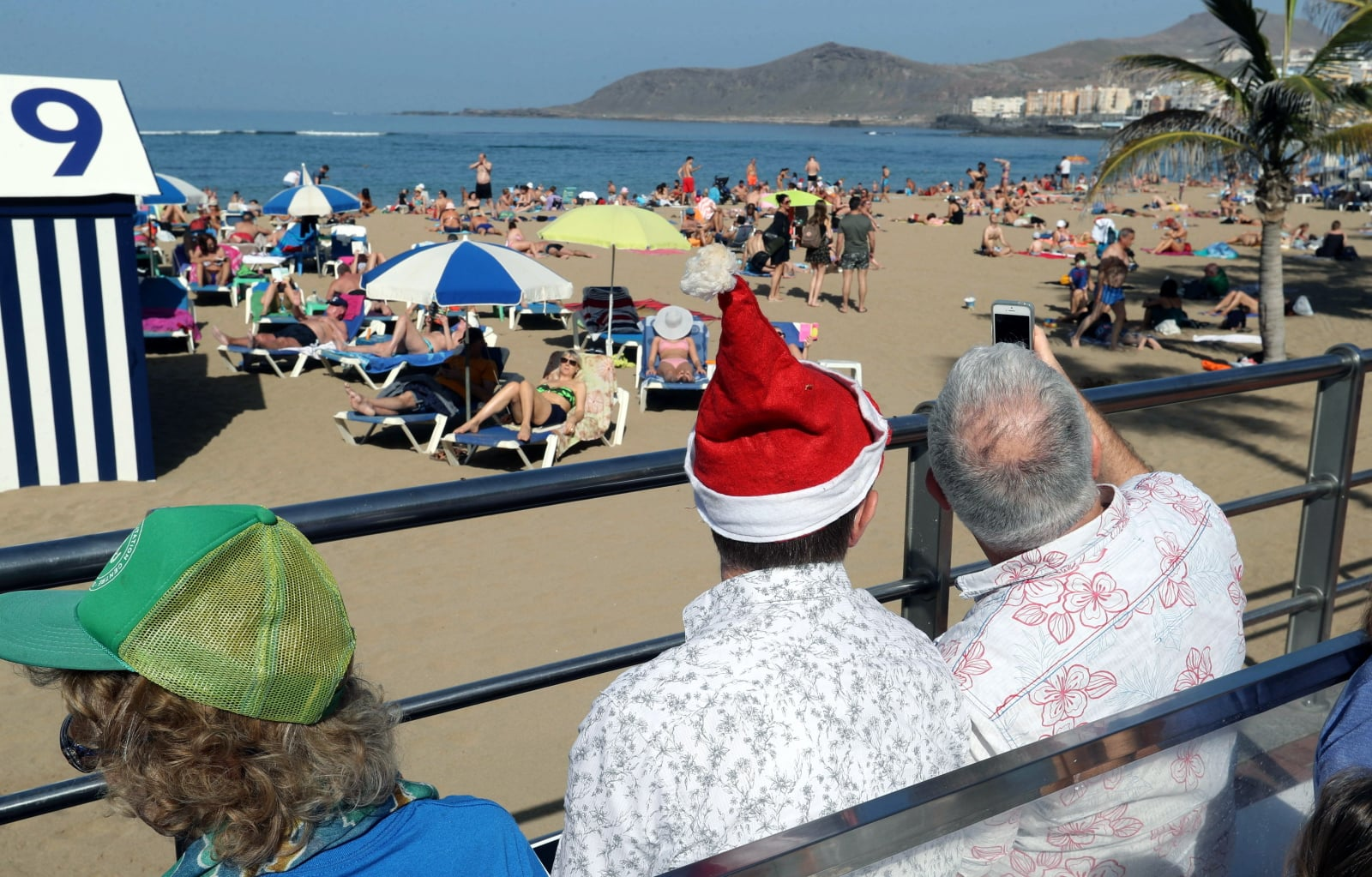 Turyści na Las Palmas Fot. PAP/EPA/Elvira Urquijo A.