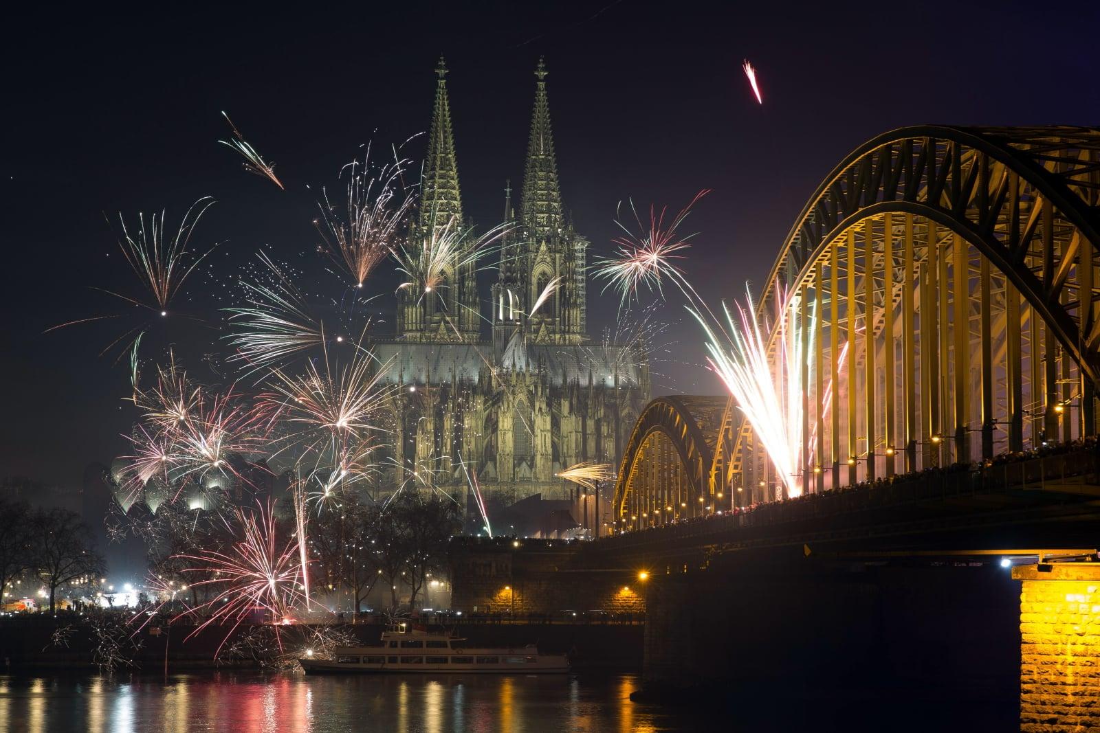 Nowy rok przed katedrą w Kolonii fot. EPA/MAJA HITIJ