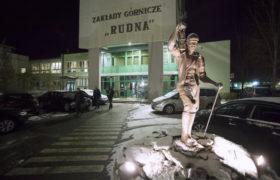 Stan na godz. 21:00: wejście do kopalni Rudna w Polkowicach. W kopalni Rudna doszło do silnego wstrząsu. Ratownicy nie zlokalizowali jeszcze ostatniego z górników. Łącznie w wyniku wstrząsu obrażenia odniosło 13 górników, fot. Aleksander Koźmiński, PAP